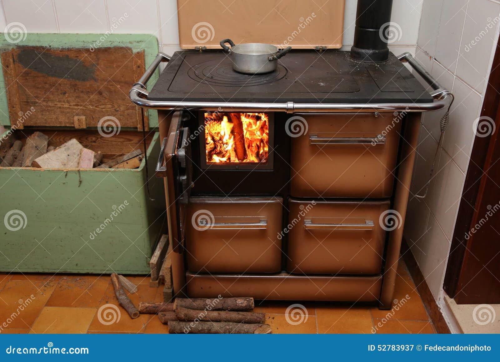 Stufa che antica una stufa a legna con fuoco si accesa for Stufa a legna argo