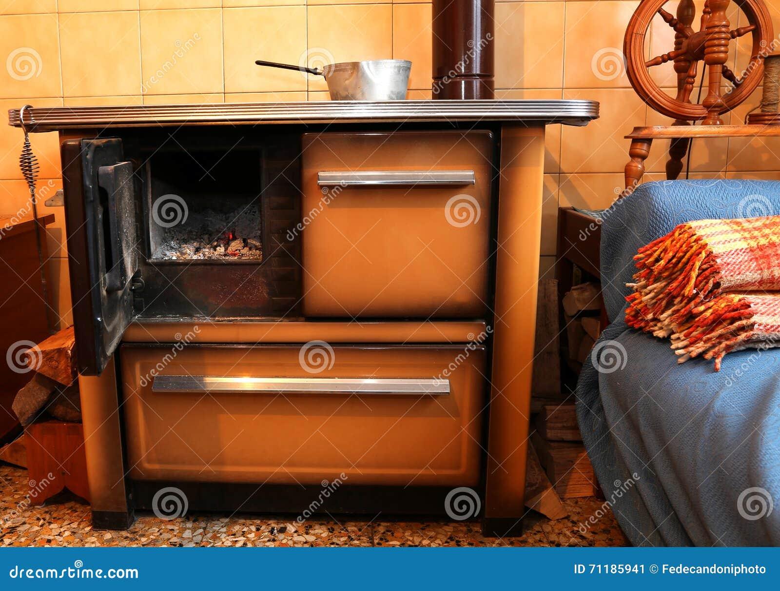Stufa Cucina A Legna Antica.Stufa A Legna Nella Cucina Della Casa Antica Immagine Stock
