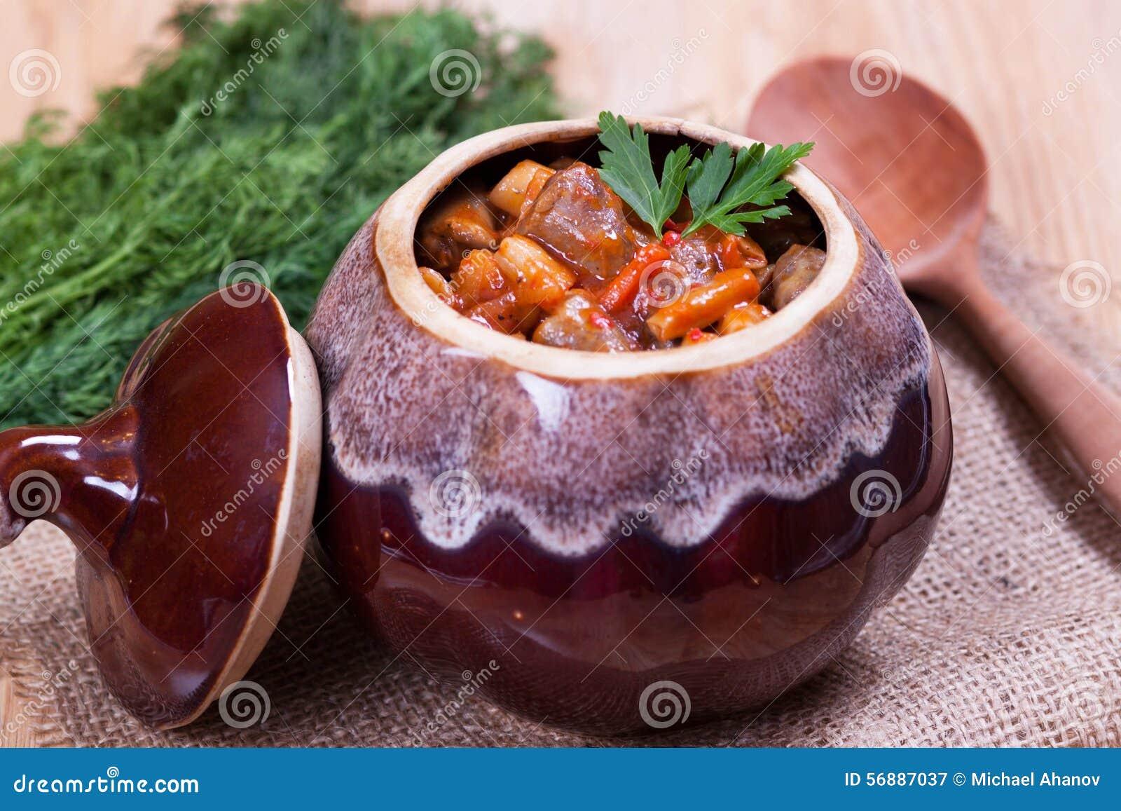 Stufato in un vaso ceramico