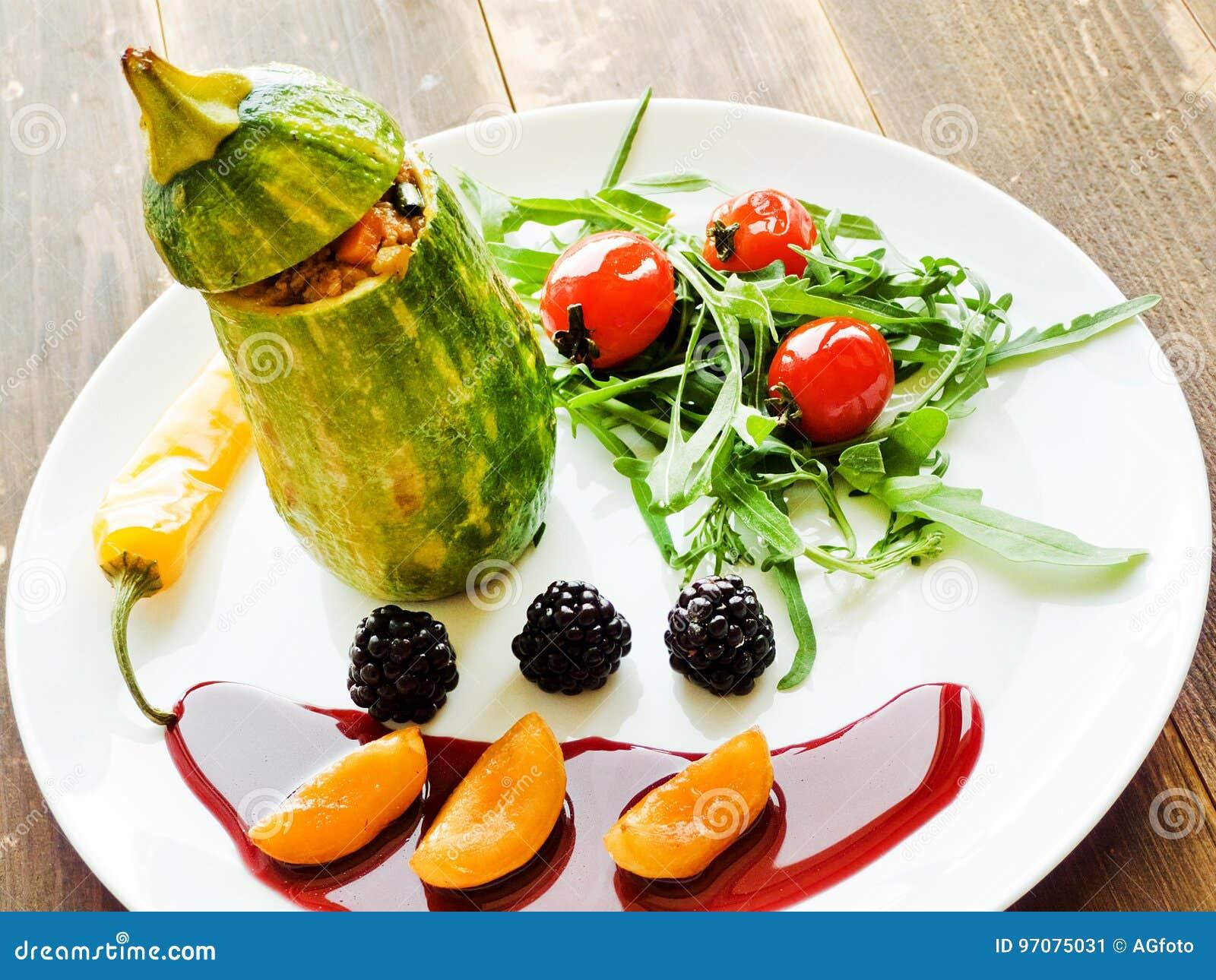 Stufed zucchini med sås