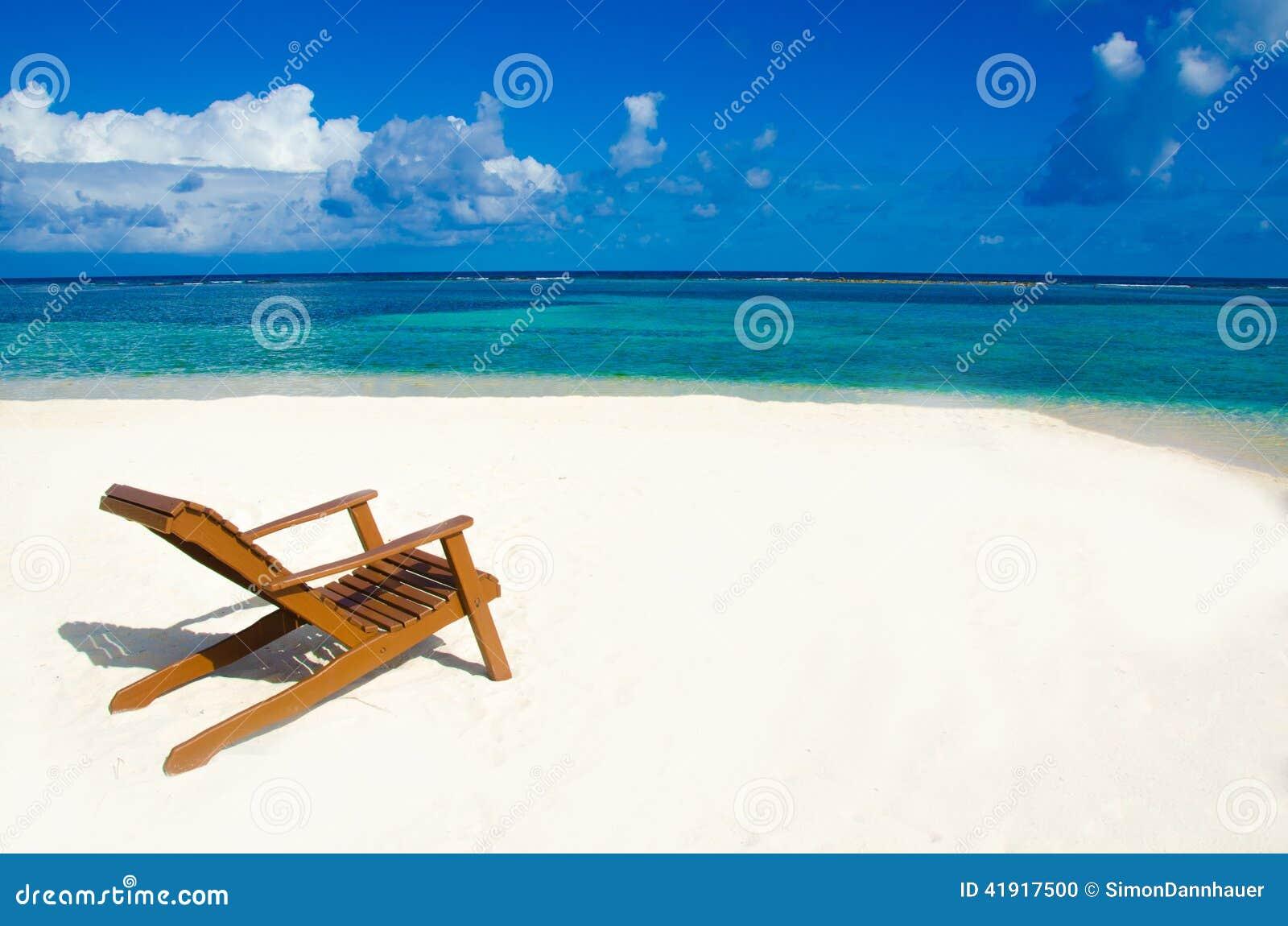 Stuhl auf schönem Strand