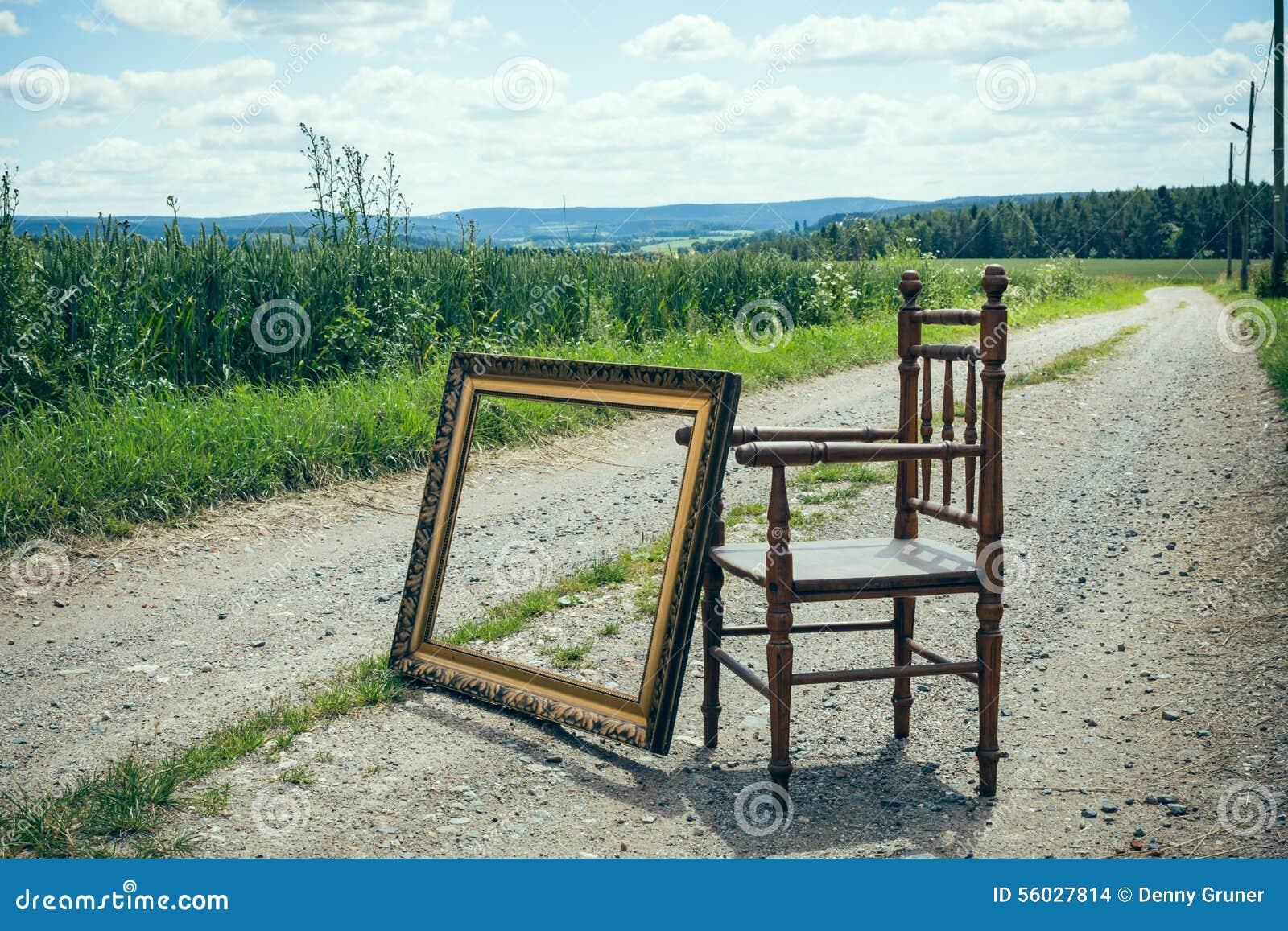 Stuhl Mit Bilderrahmen In Der Natur Stockfoto - Bild von sommer ...