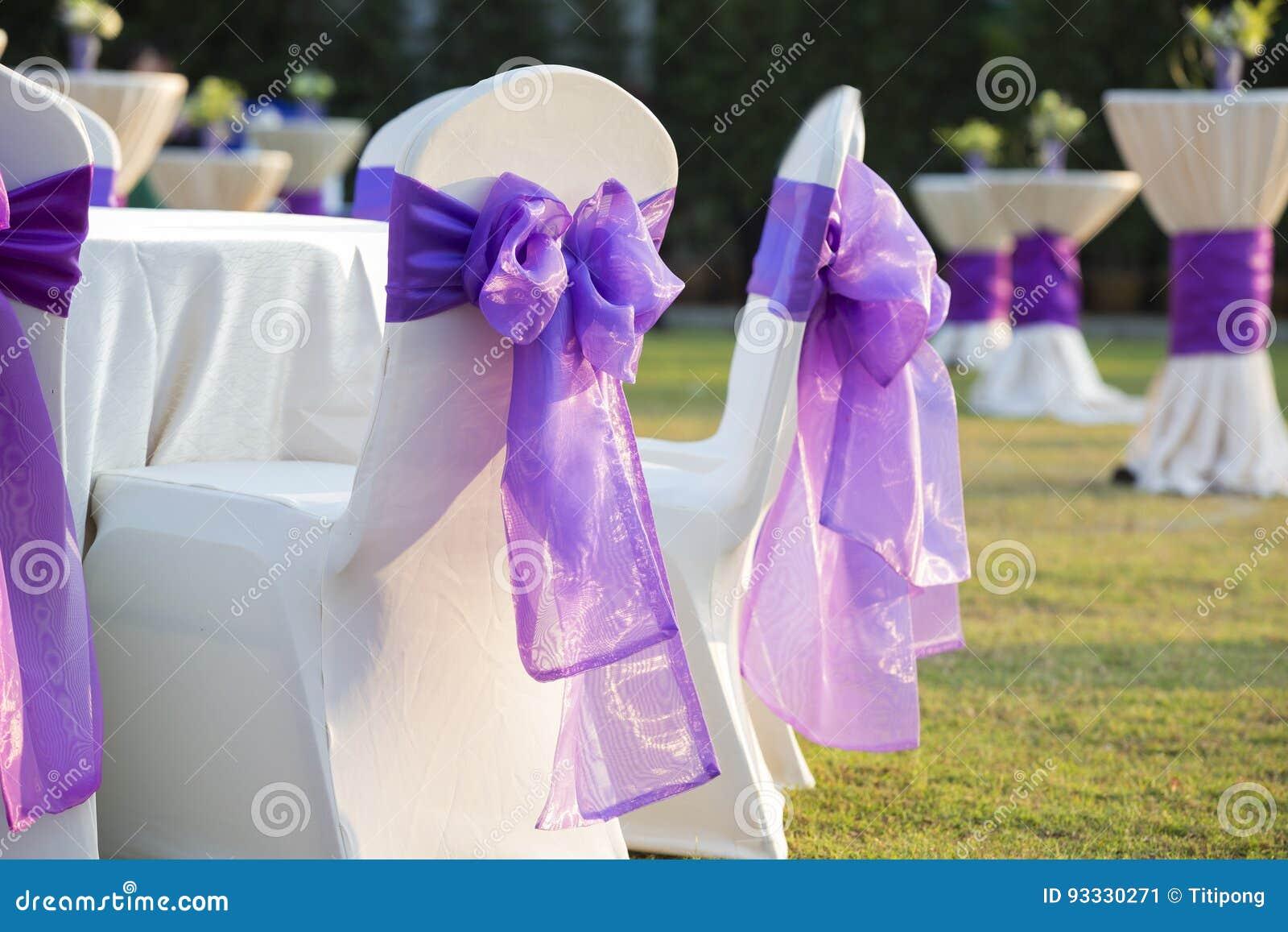 Stuhl mit einem purpurroten Bogen in einer schönen Hochzeit