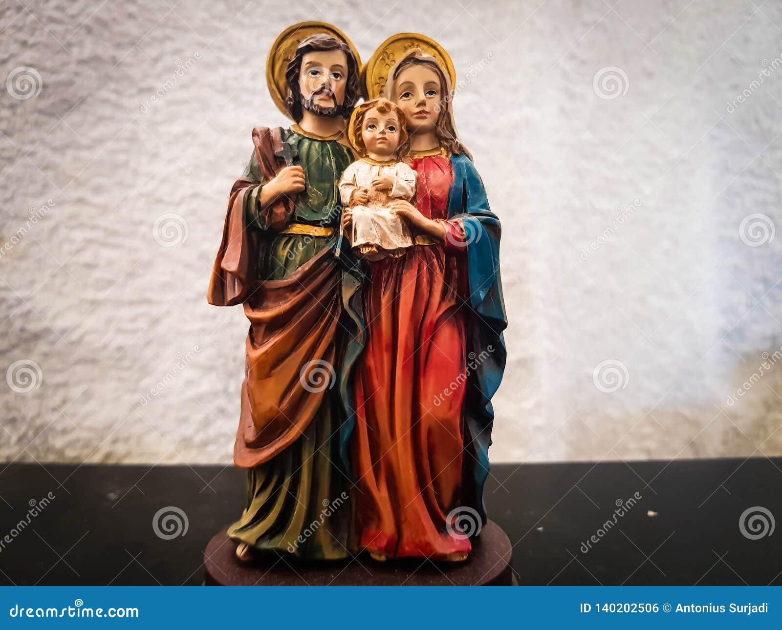 Stuk speelgoed cijfer van baby Jesus hield door vader Joseph en maagdelijke moeder Mary