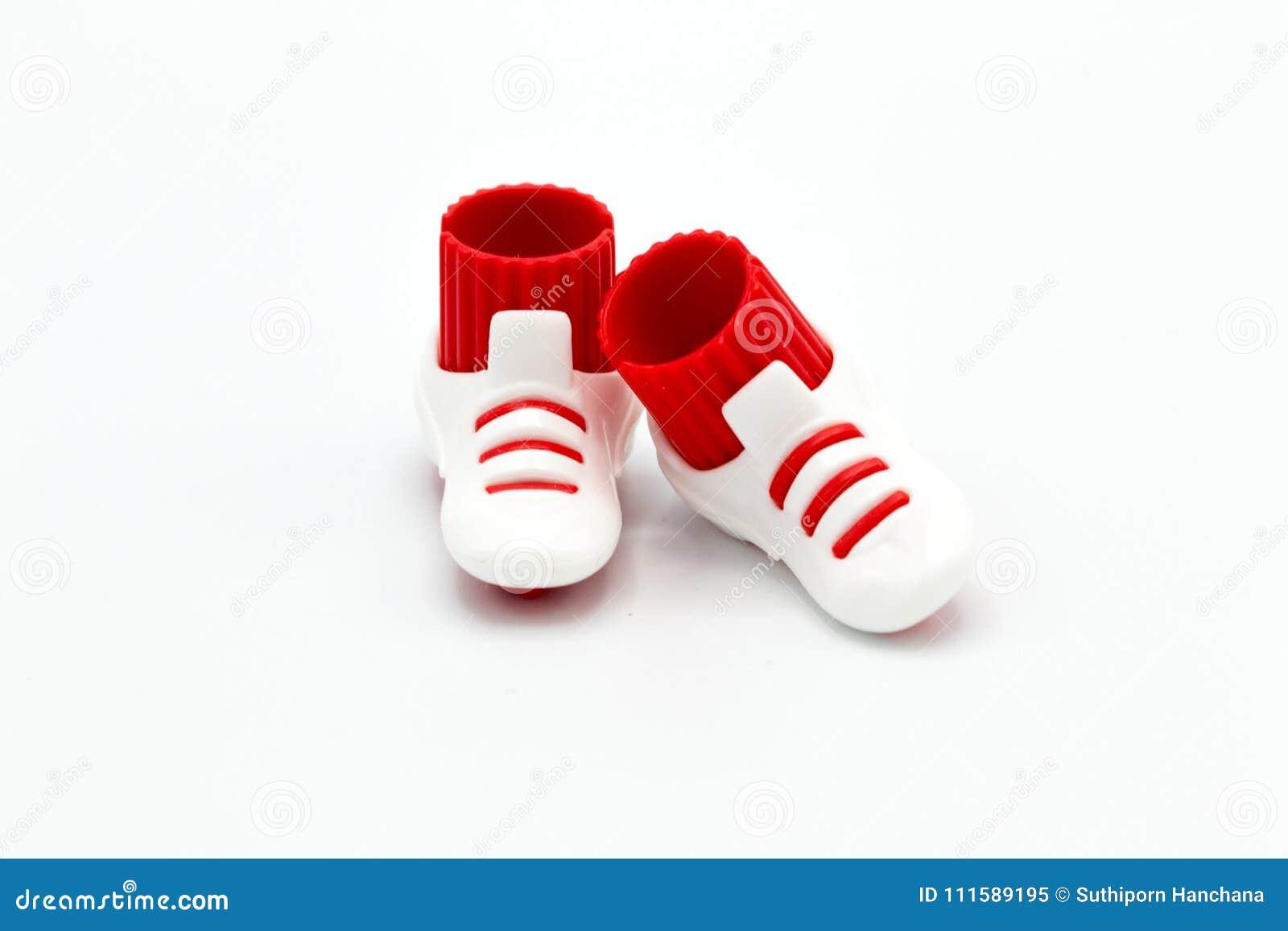 Stuk speelgoed schoenen op witte raad