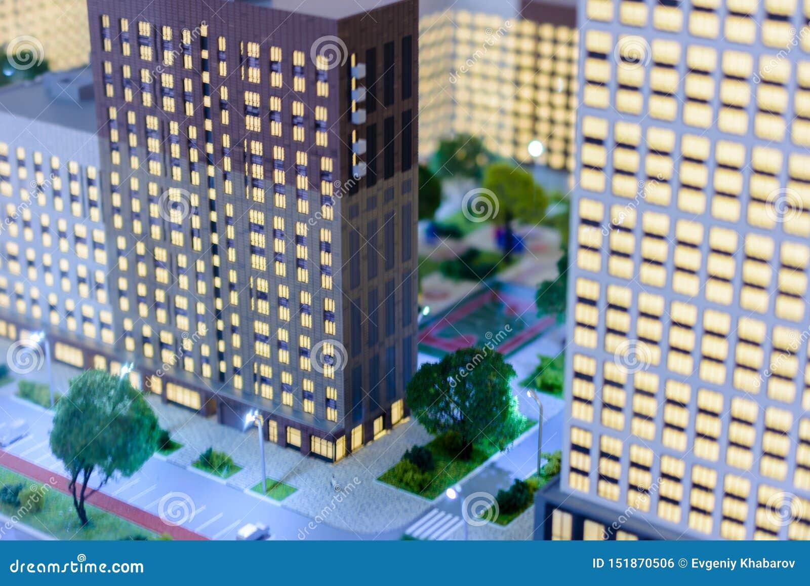 Stuk speelgoed stad Het onduidelijke beeldeffect van de schuine standverschuiving Cityscape van de woonwijk moderne wolkenkrabber