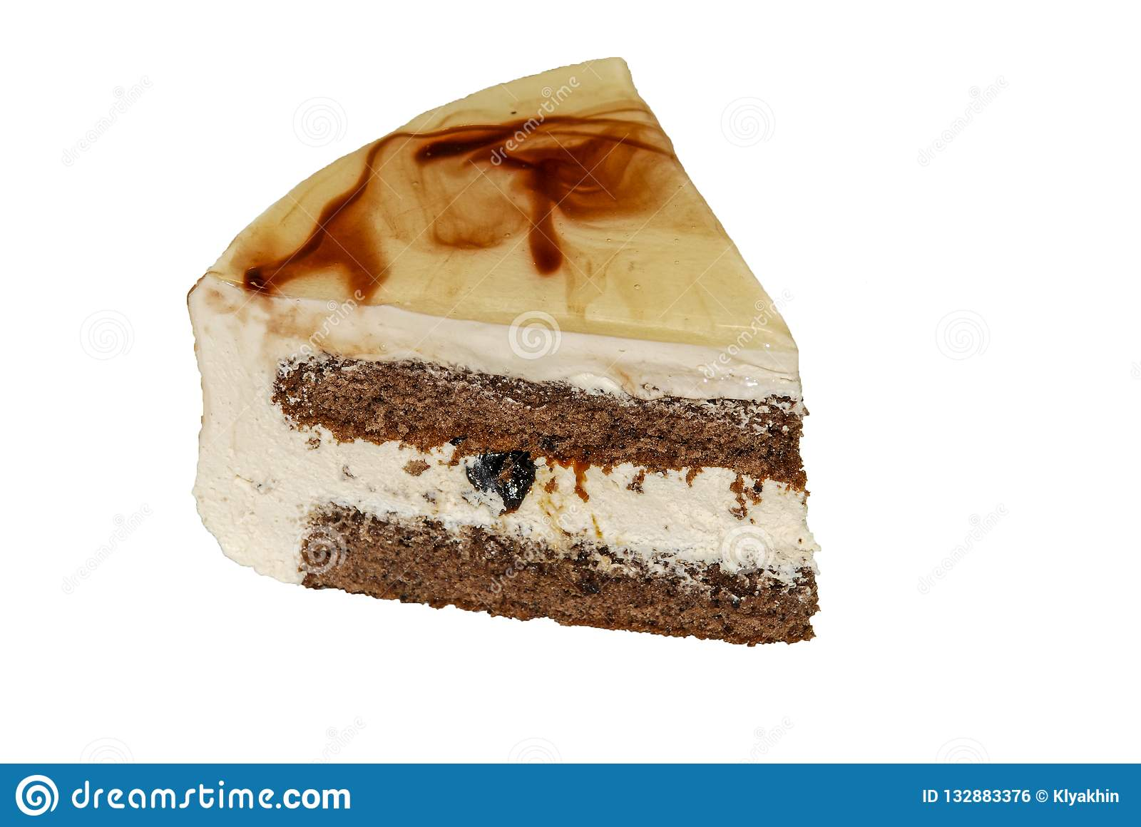 Stuk van cake met room en gedroogde pruimen