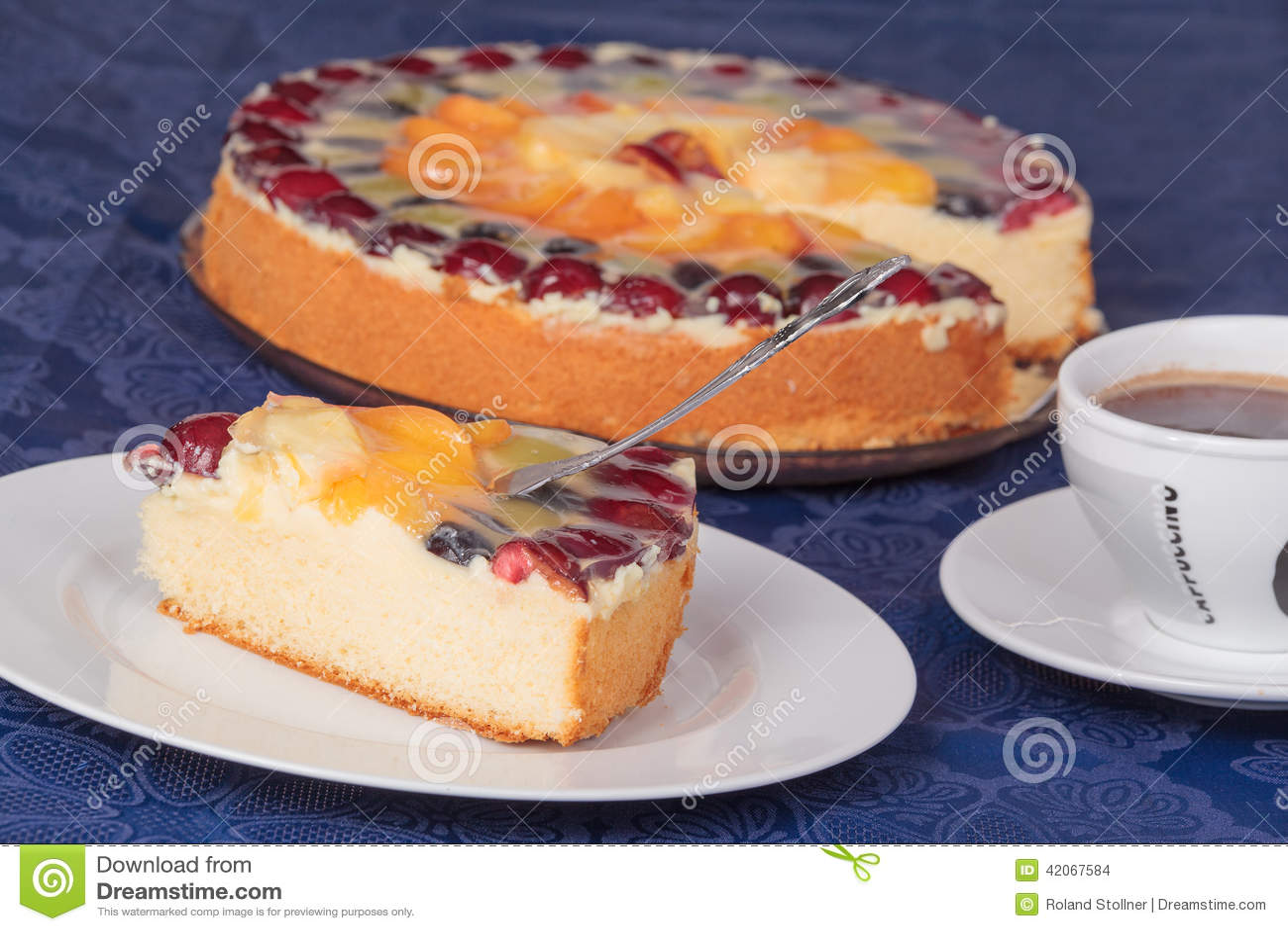 Stuk van fruitcake met een kop van koffie