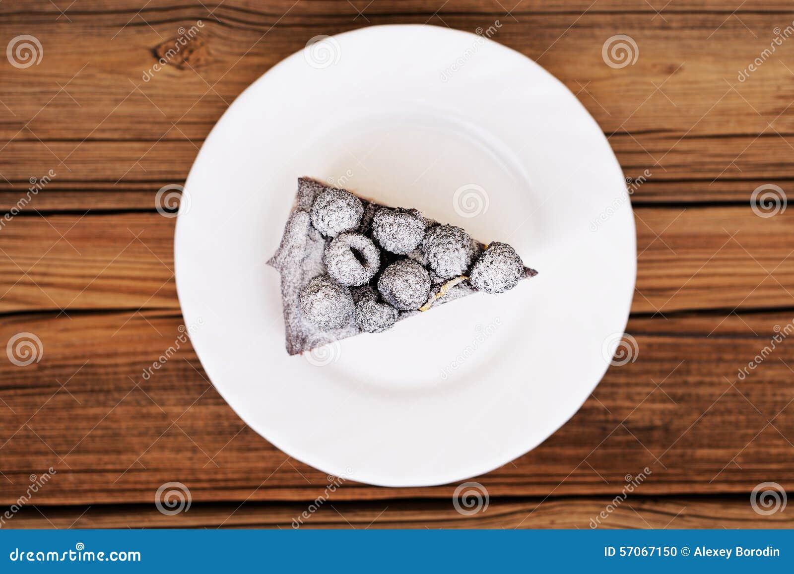 Stuk van heerlijke chocoladepastei met verse braambessen decorat