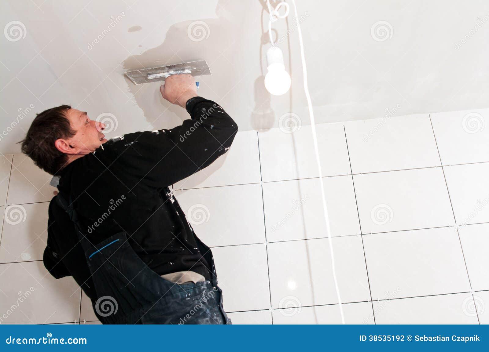 Stukadoor aan het plafondwerk