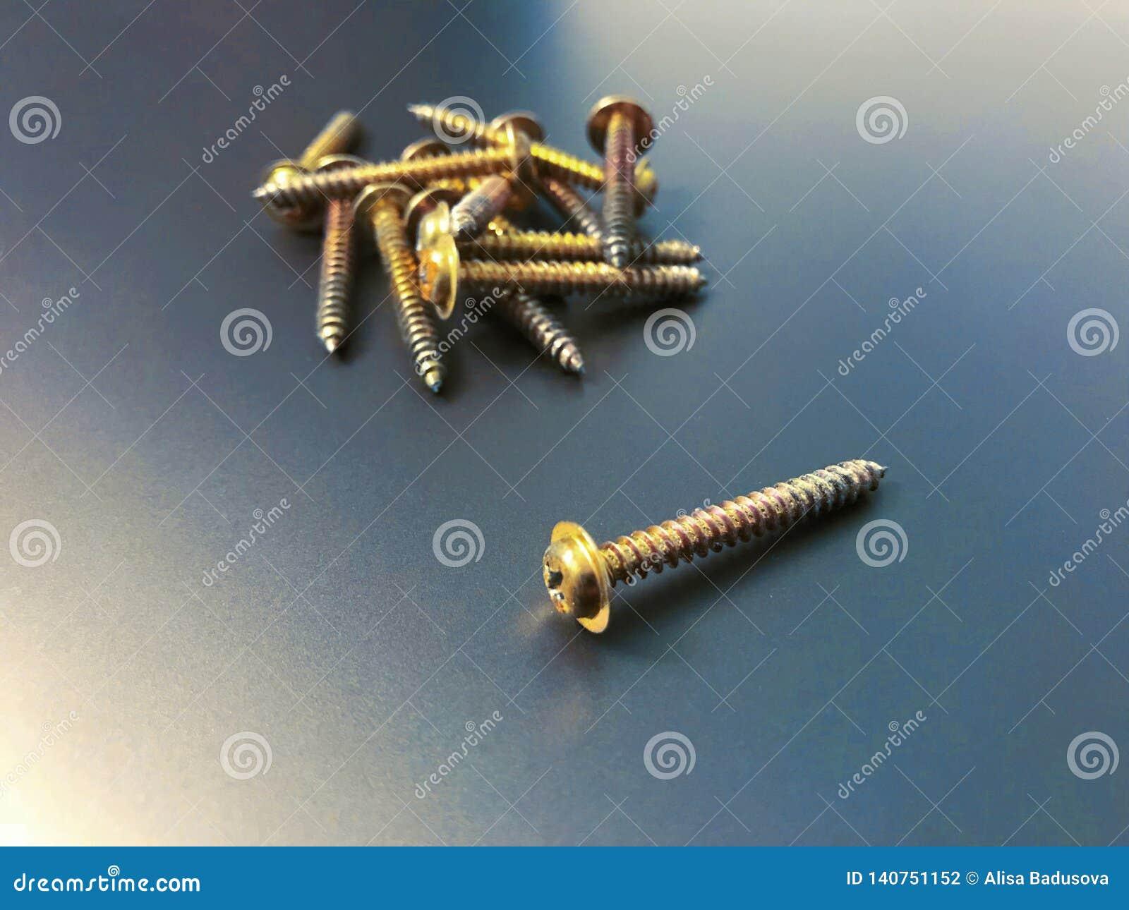 Stukający śruby robić stal, metal śruba, żelazo śruba, chrom śruba, śruby jako tło, drewno śruba z odosobnionym