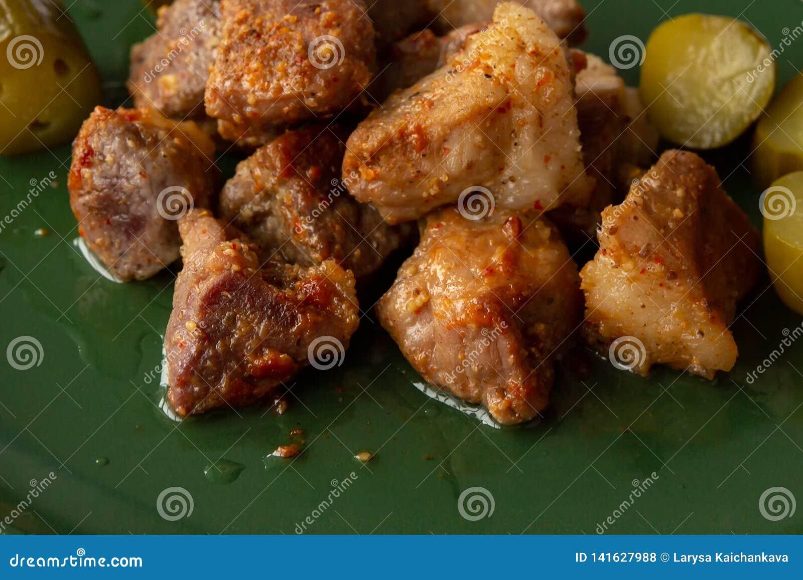 Stukken van gebakken vlees op een groene schotel