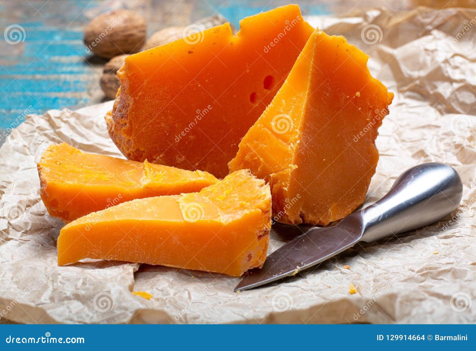 Stukken van inheemse Franse oude die kaas Mimolette, in Lille worden veroorzaakt