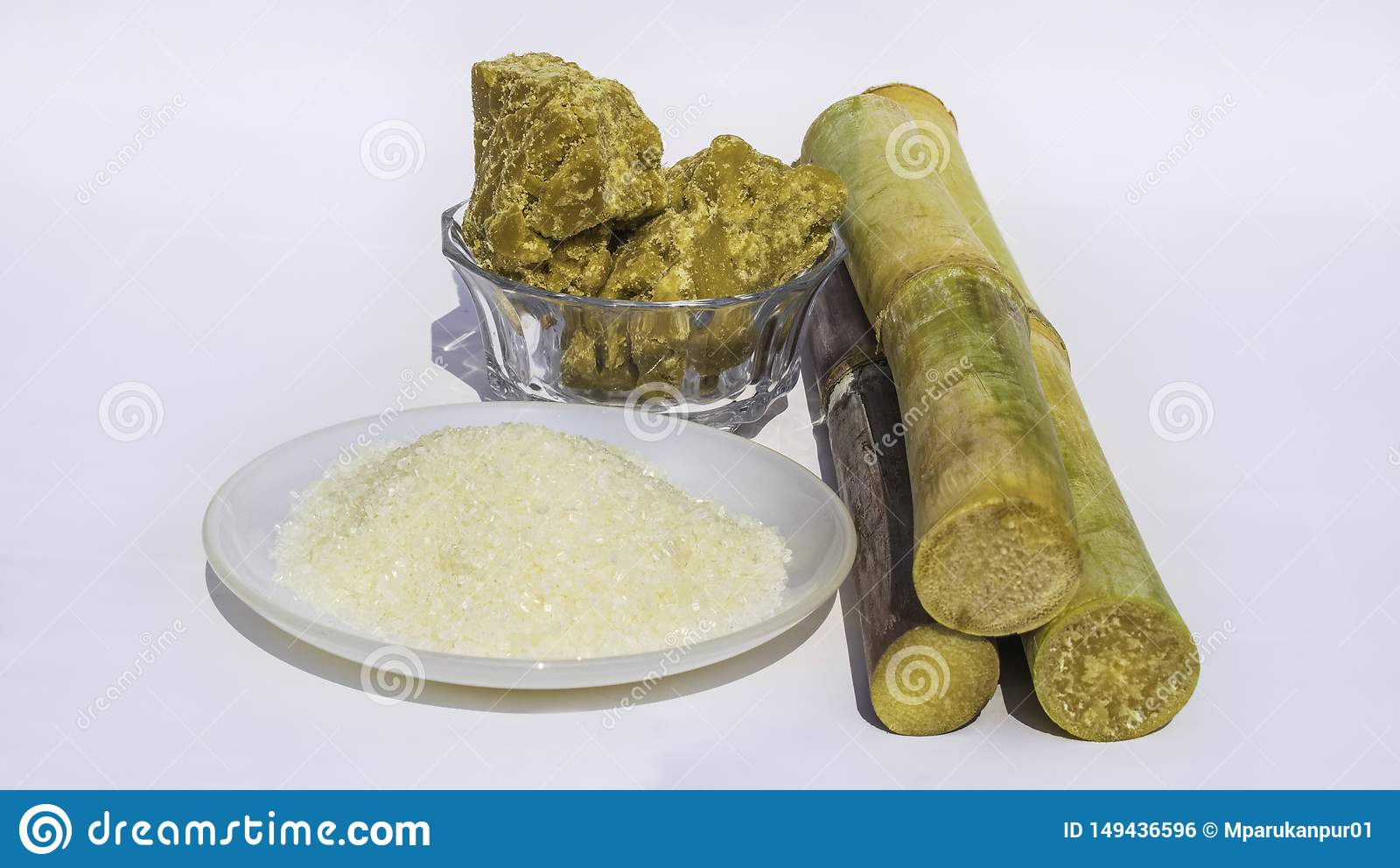 Stukken van suikerriet met witte suiker