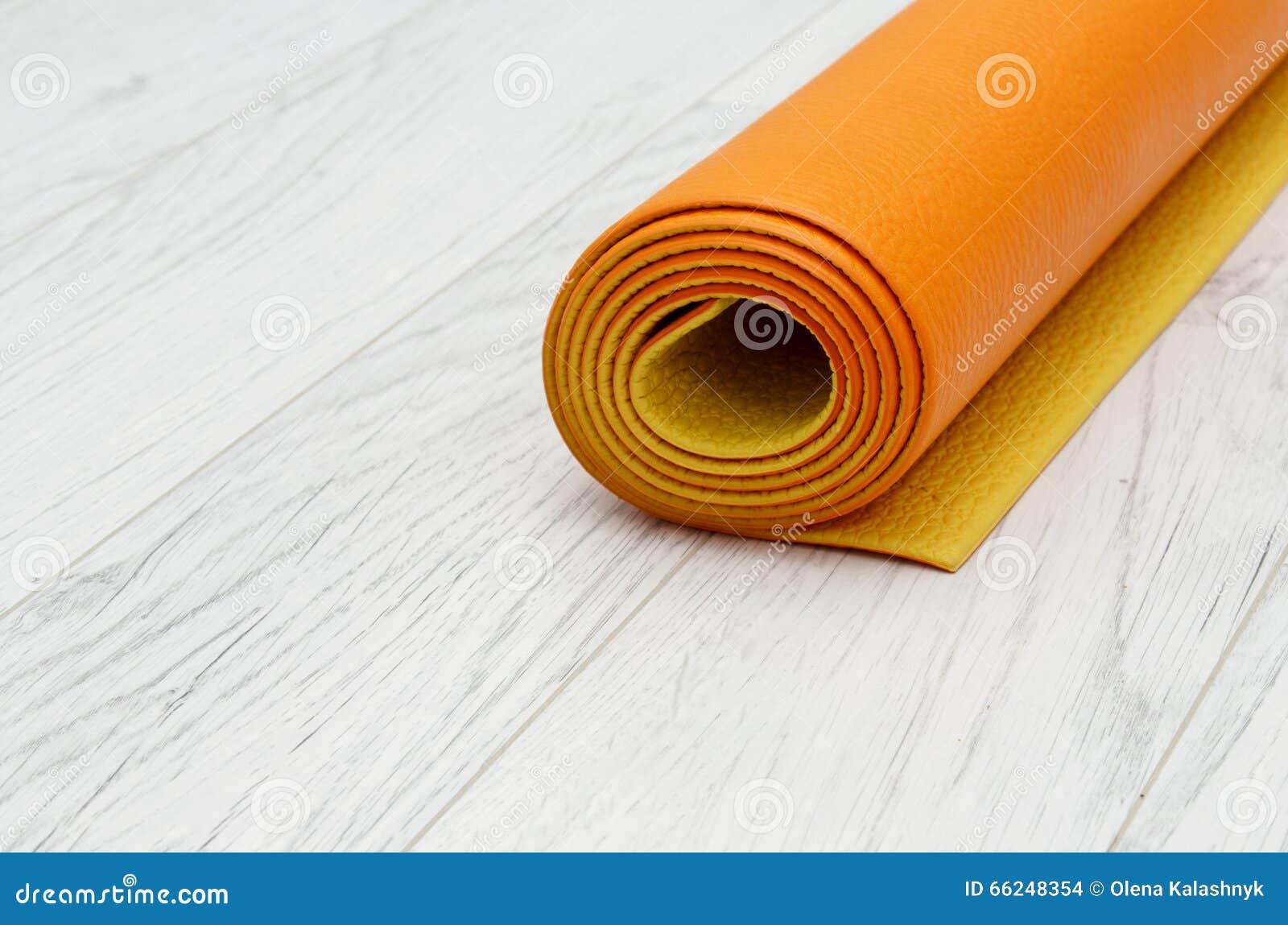 Stuoia Arancio Luminosa Di Yoga Su Un Laminato Grigio Chiaro ...