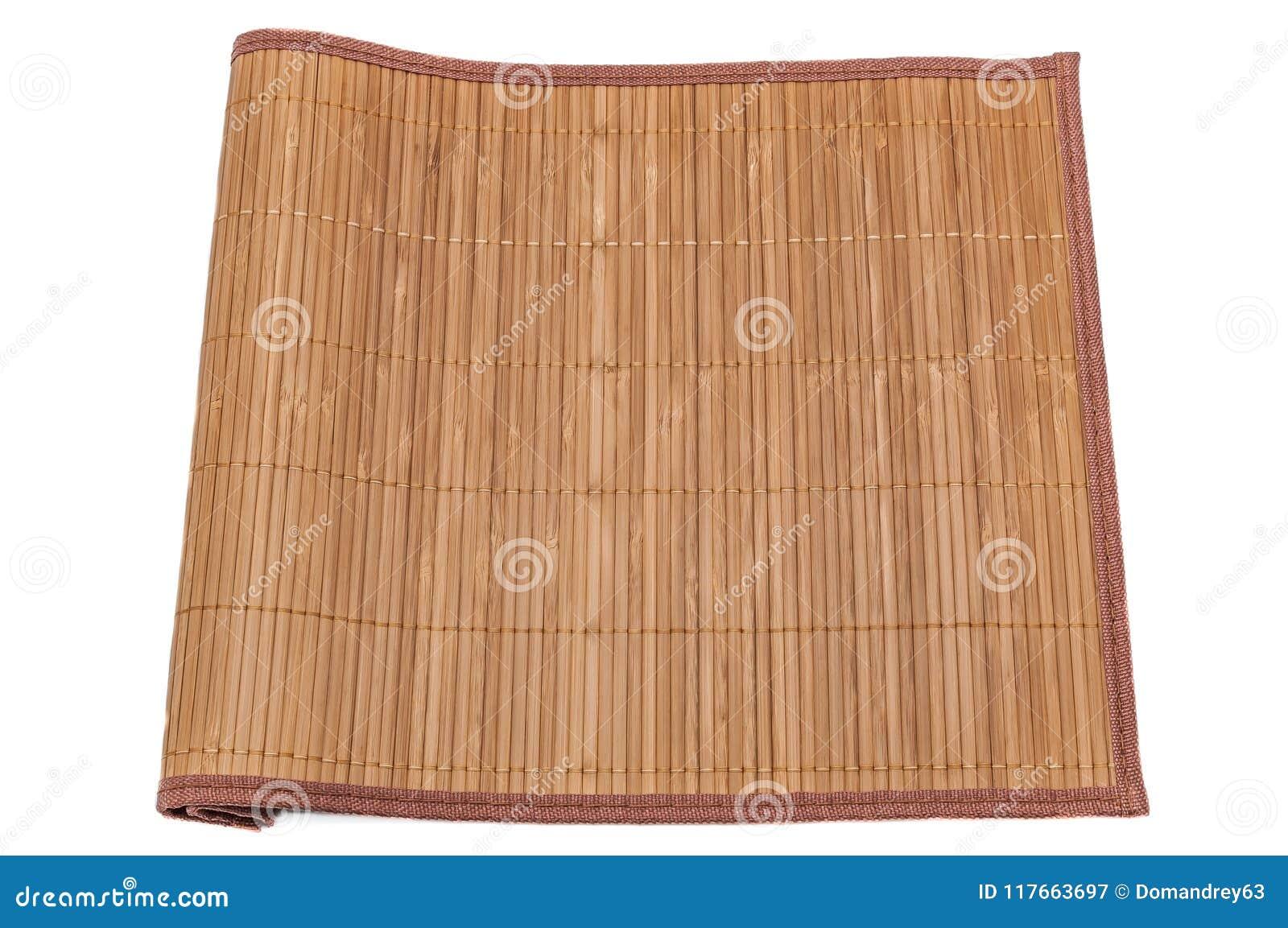 Stuoia di bambù su fondo bianco, primo piano, pieghettato da un lato Isolato