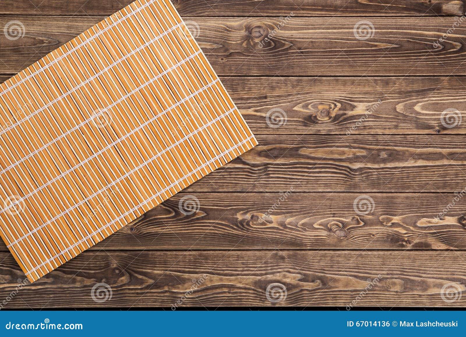 Stuoia di bambù sulla tavola di legno