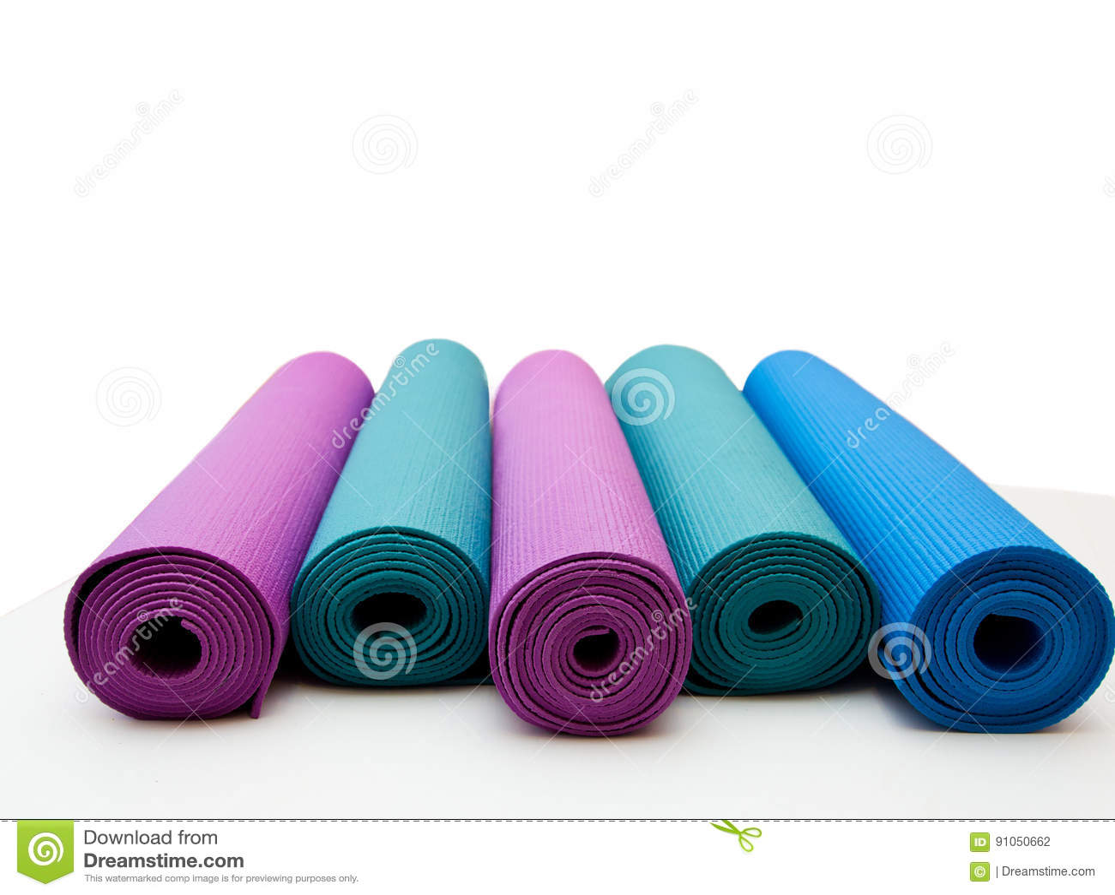 Stuoia di yoga isolata su fondo bianco Copyspace