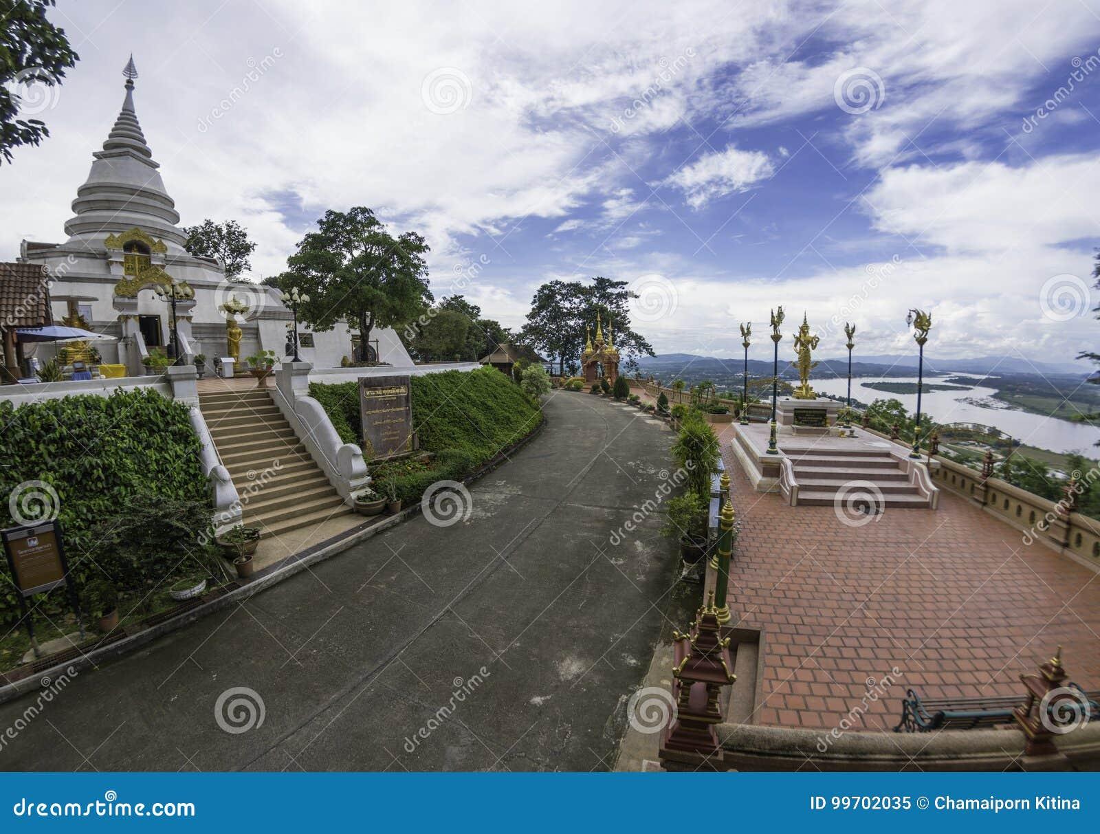 Stupa和菩萨图象在wat phra dhat pha ngao在金黄trian