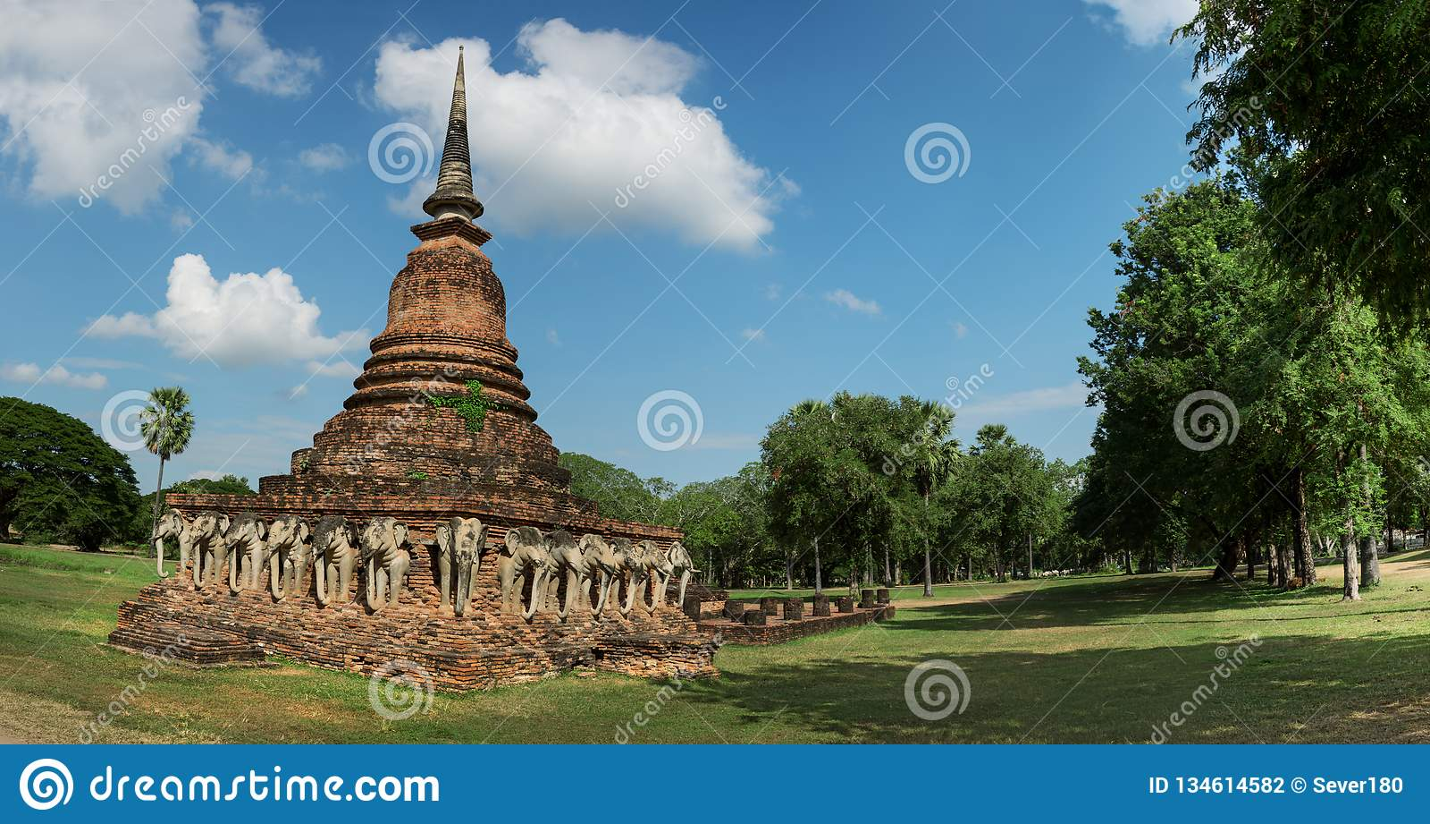 Stupa antigo com imagens esculpidas dos elefantes tailândia