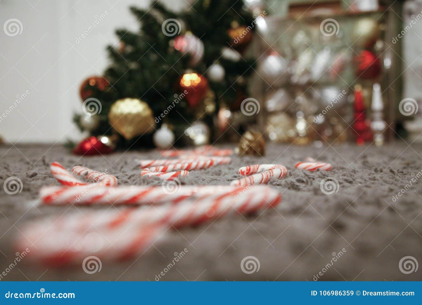 Stupad julgran och en bana av godisrottingar