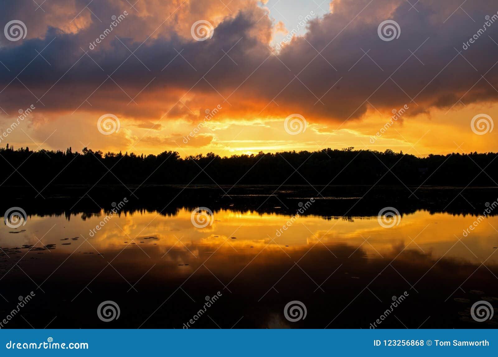 Sturm-Wolken-Mischung mit buntem Sonnenuntergang