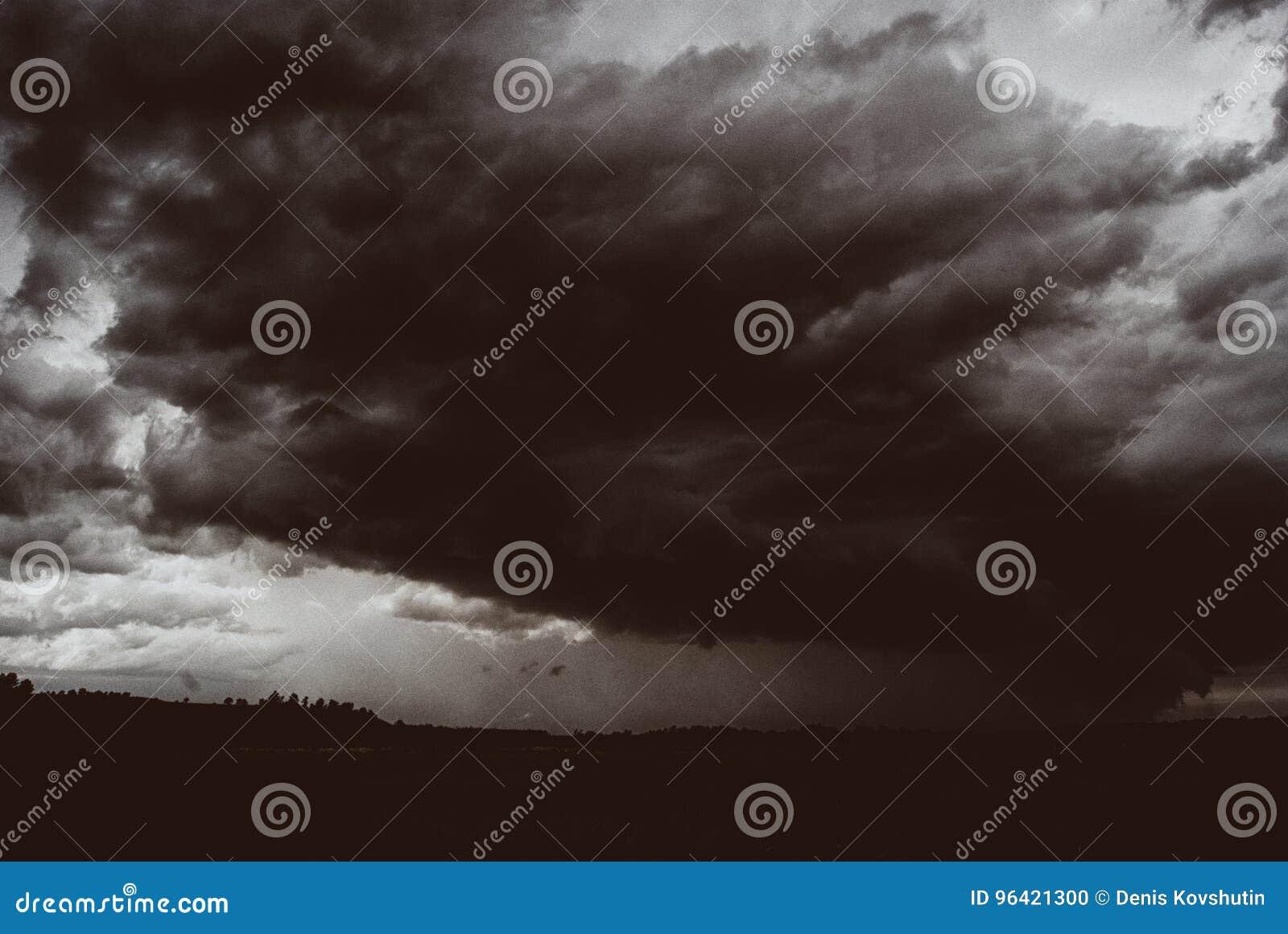 Sturmwirbelsturm über Sommerfeldern, -hügeln und -wäldern