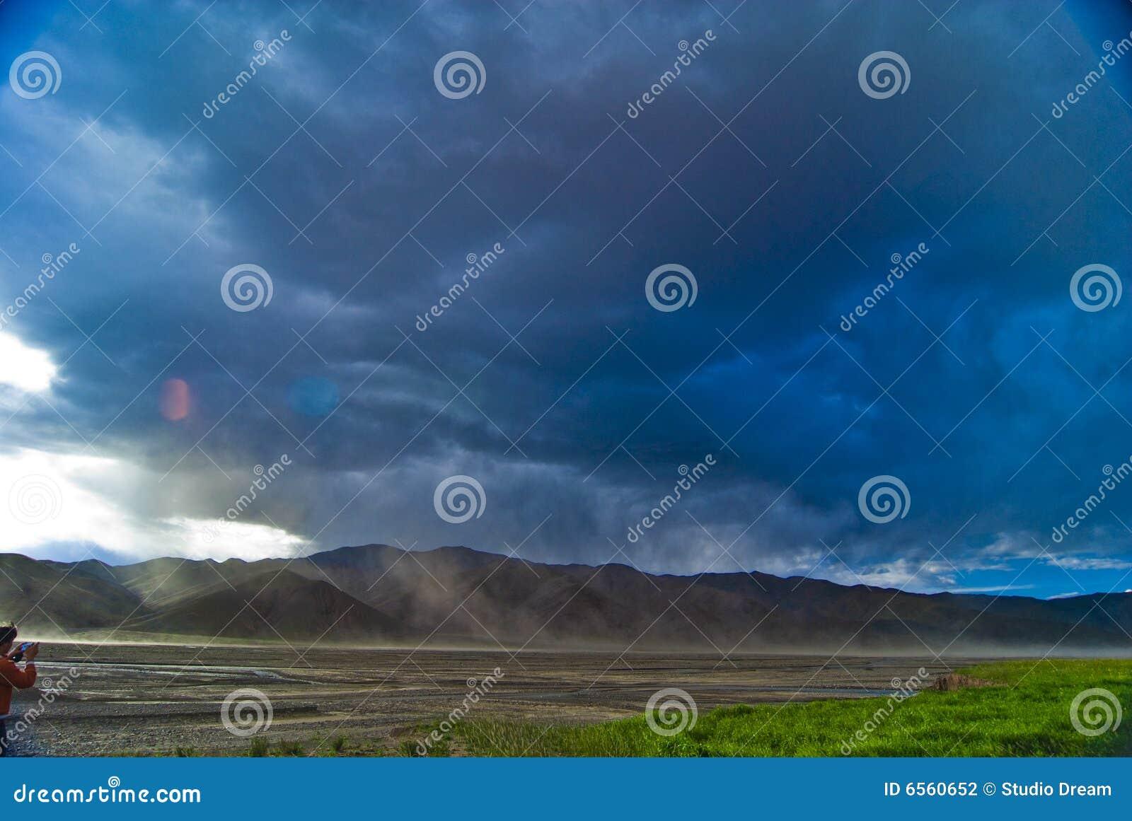 Sturmwolken über Bergen