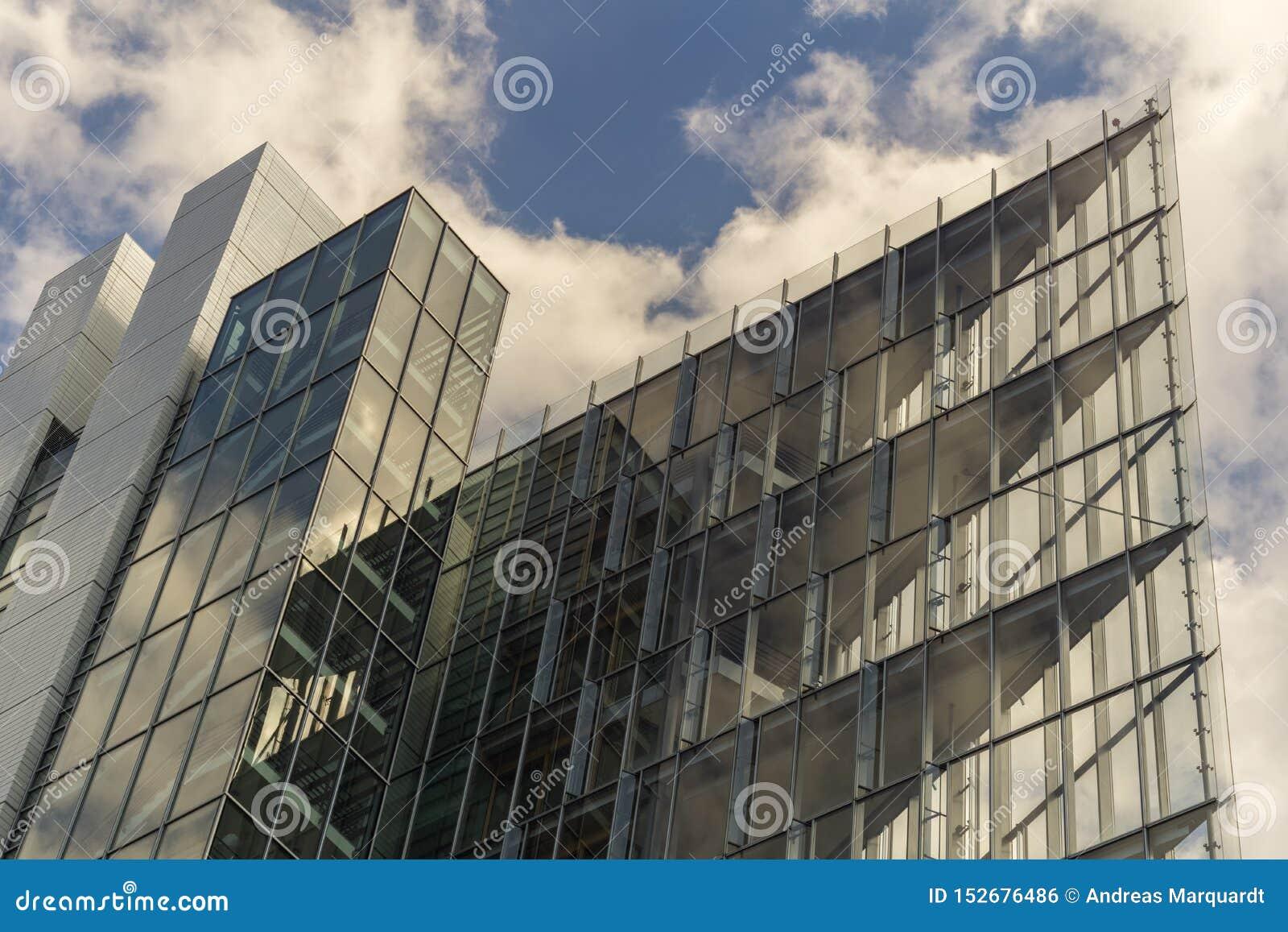 STUTTGART, GERMANIA - LUGLIO 06,2018: Il distretto di Europa questo è un nuovo, edificio per uffici moderno del LBBW, uno della G