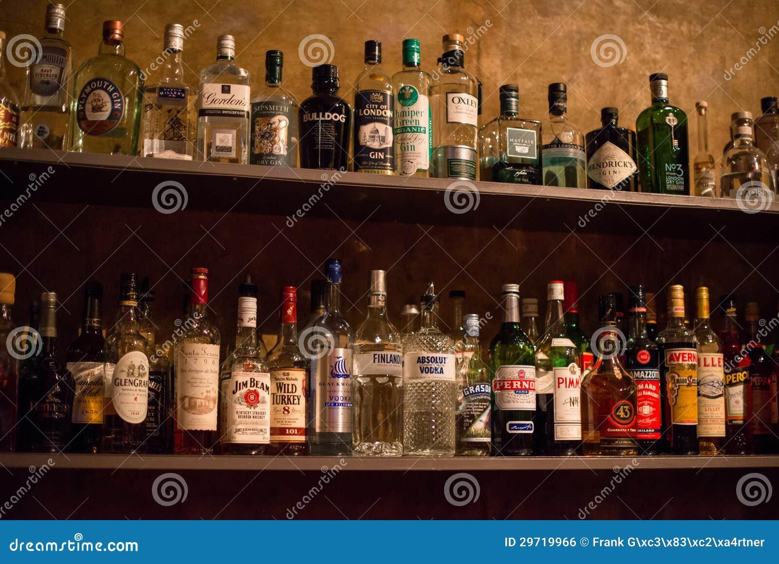 scaffali di antivari in pieno delle bottiglie delle bevande alcoliche fotografia editoriale. Black Bedroom Furniture Sets. Home Design Ideas