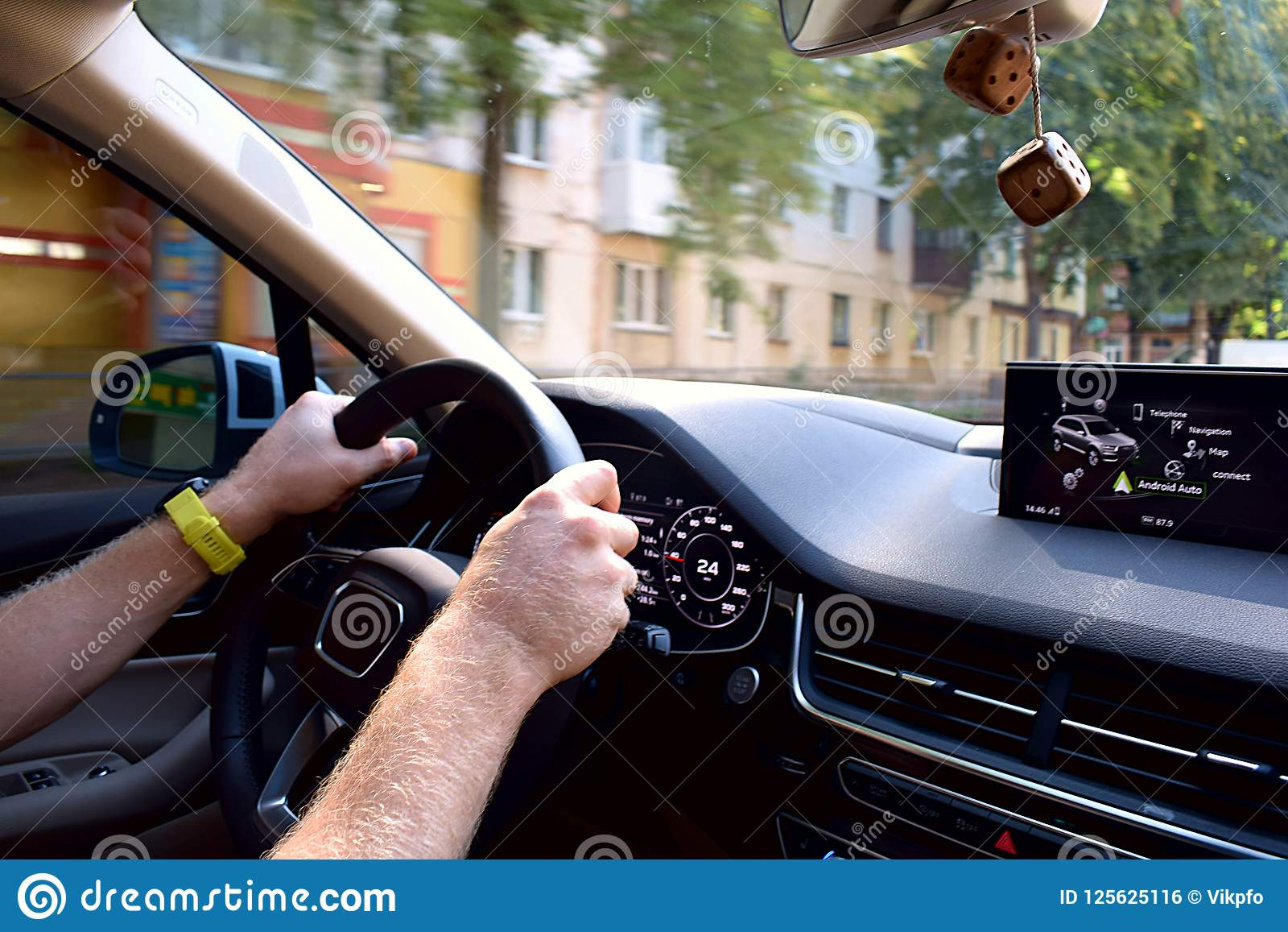 Stuurwiel en dashboard van de auto