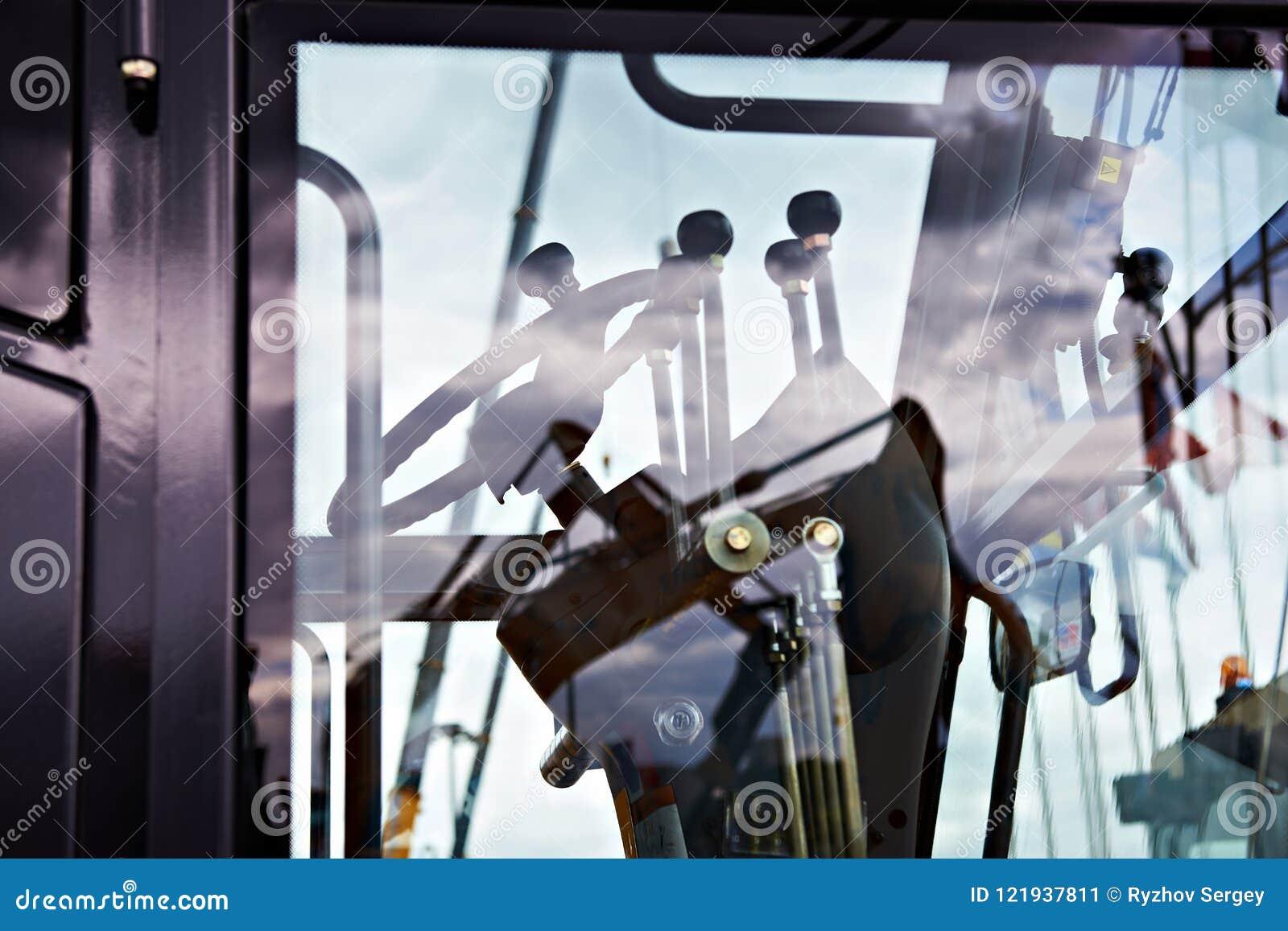 Stuurwiel en hefbomen in cockpit van motornivelleermachine