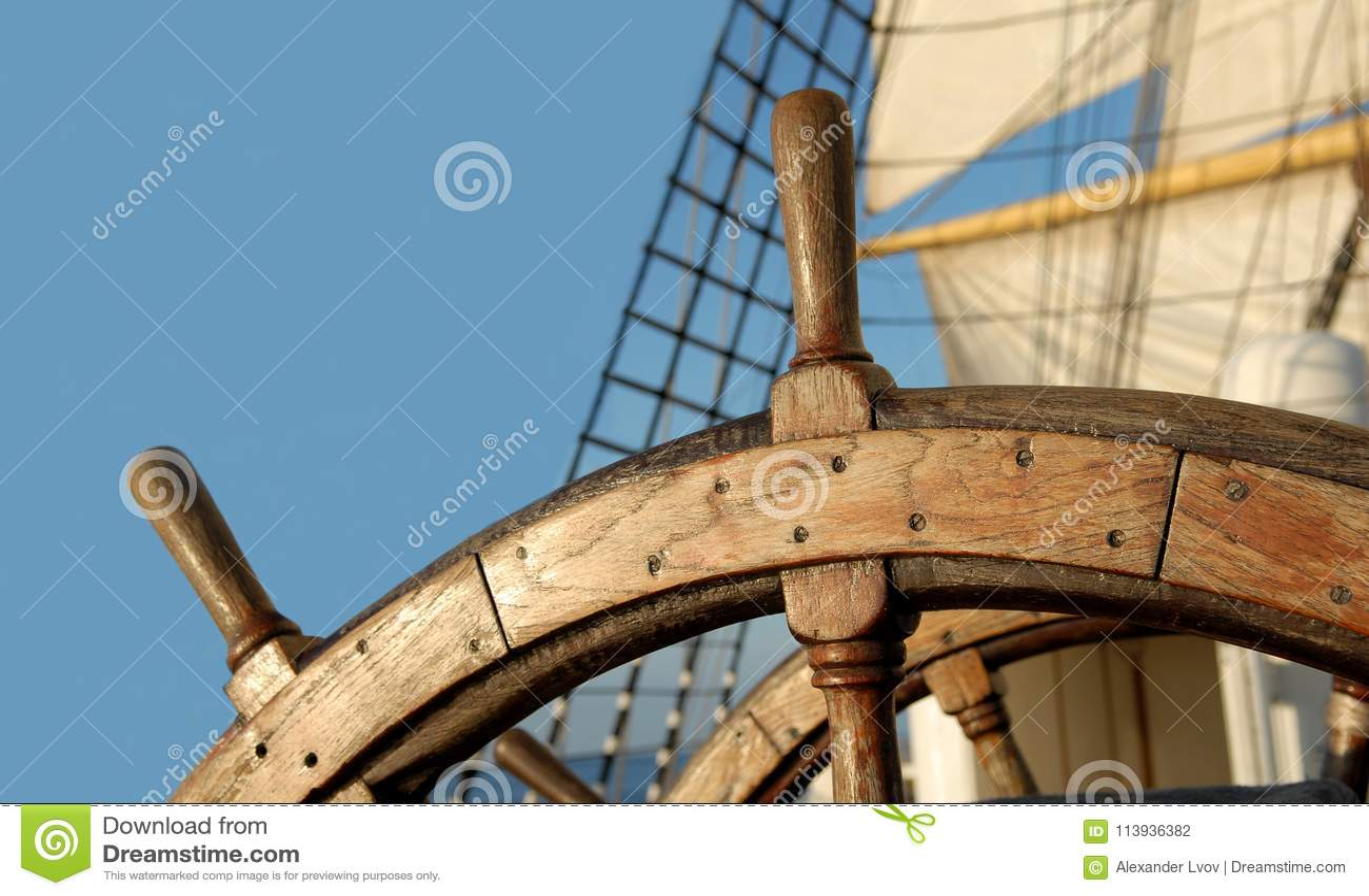 Stuurwiel van een varend schip yachting sailing