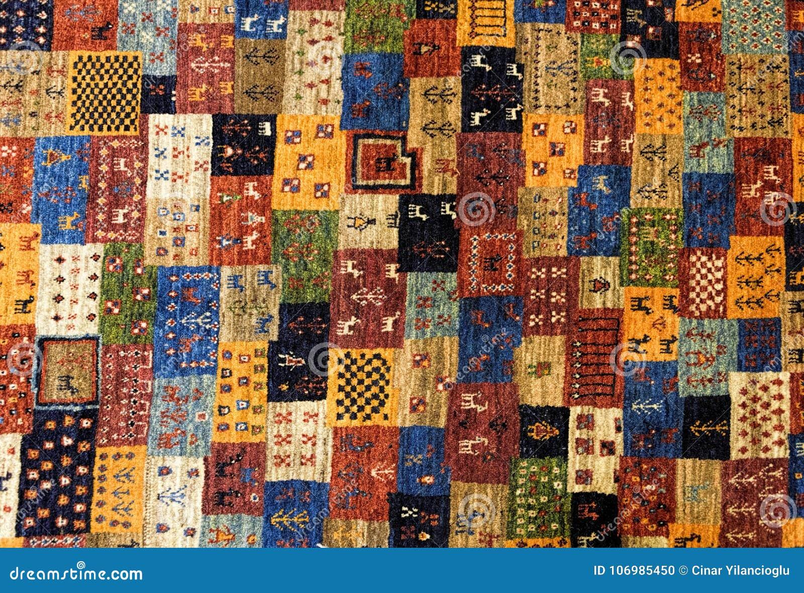 Stycken av färgrika mönstrade mattor som bakgrunder