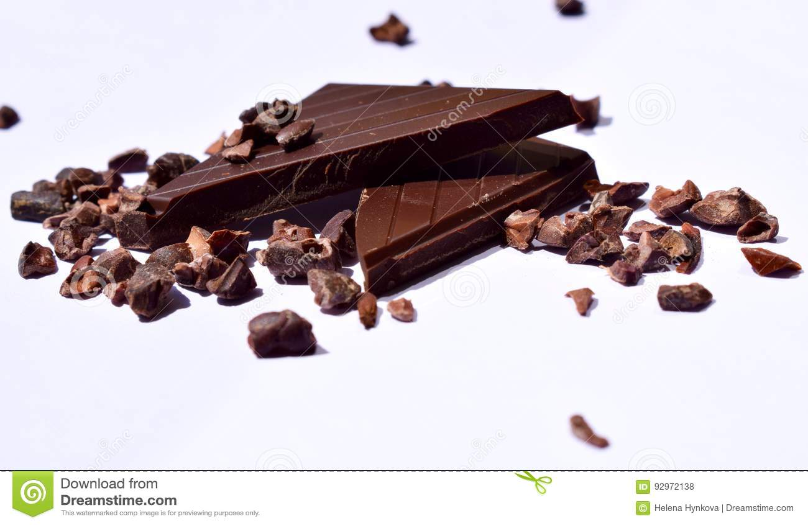 Stycken av mörka choklad- och kakaobönor