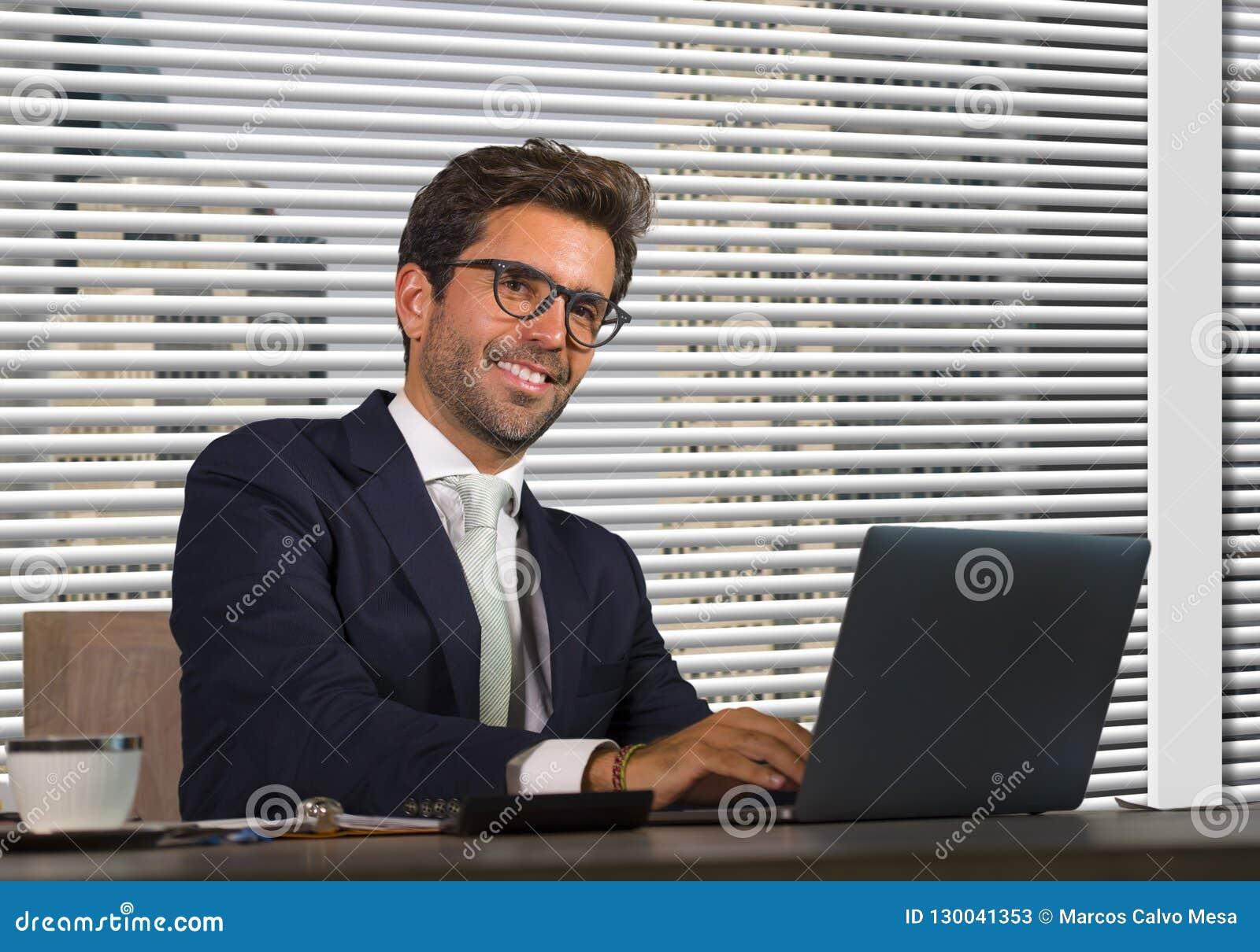Styl życia firmy korporacyjny portret młody szczęśliwy i pomyślny biznesowego mężczyzny pracować relaksował przy nowożytnym biuro