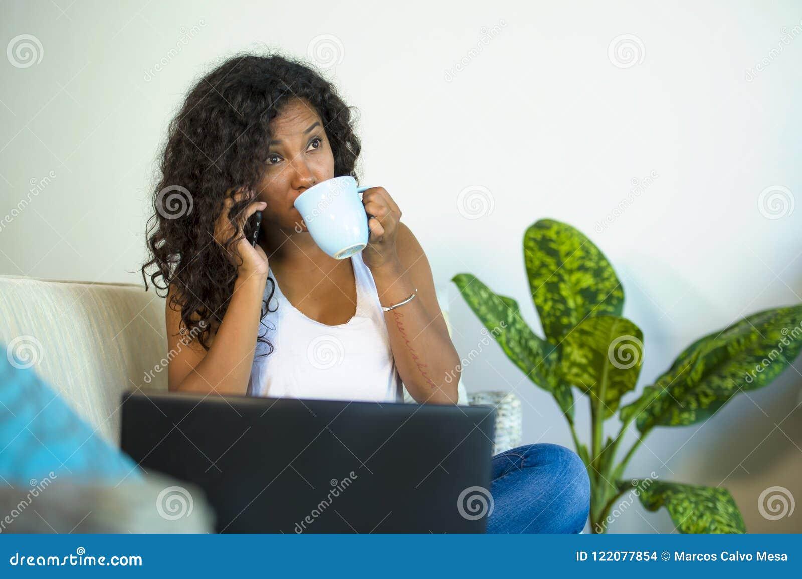 Styl życia odizolowywał portret młoda szczęśliwa i wspaniała czarna latynoskiego amerykanina kobieta opowiada na telefonie komórk