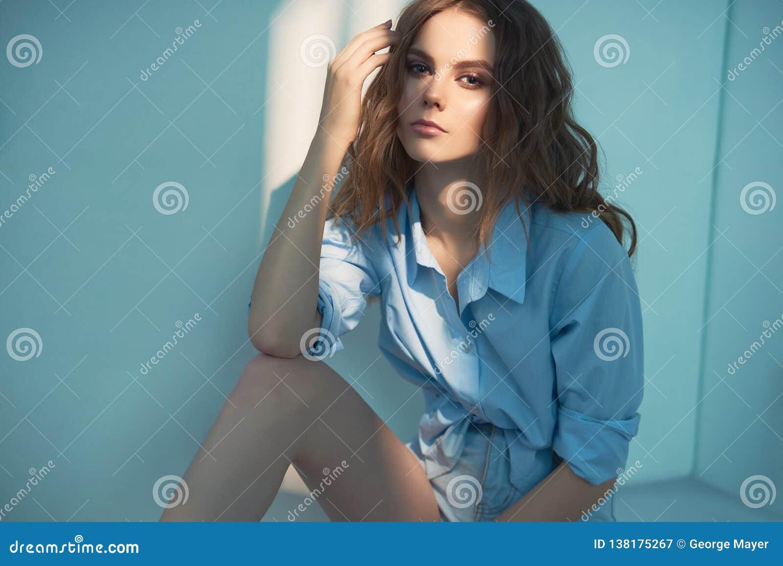 Styl życia portret młoda kobieta z kędzierzawym włosy