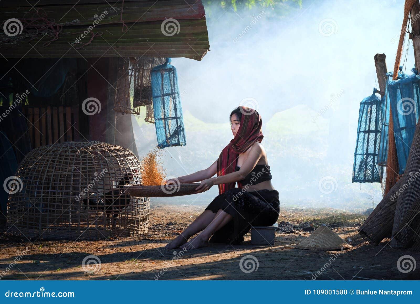 Styl życia wiejskie Azjatyckie kobiety w śródpolnej wsi Thailand