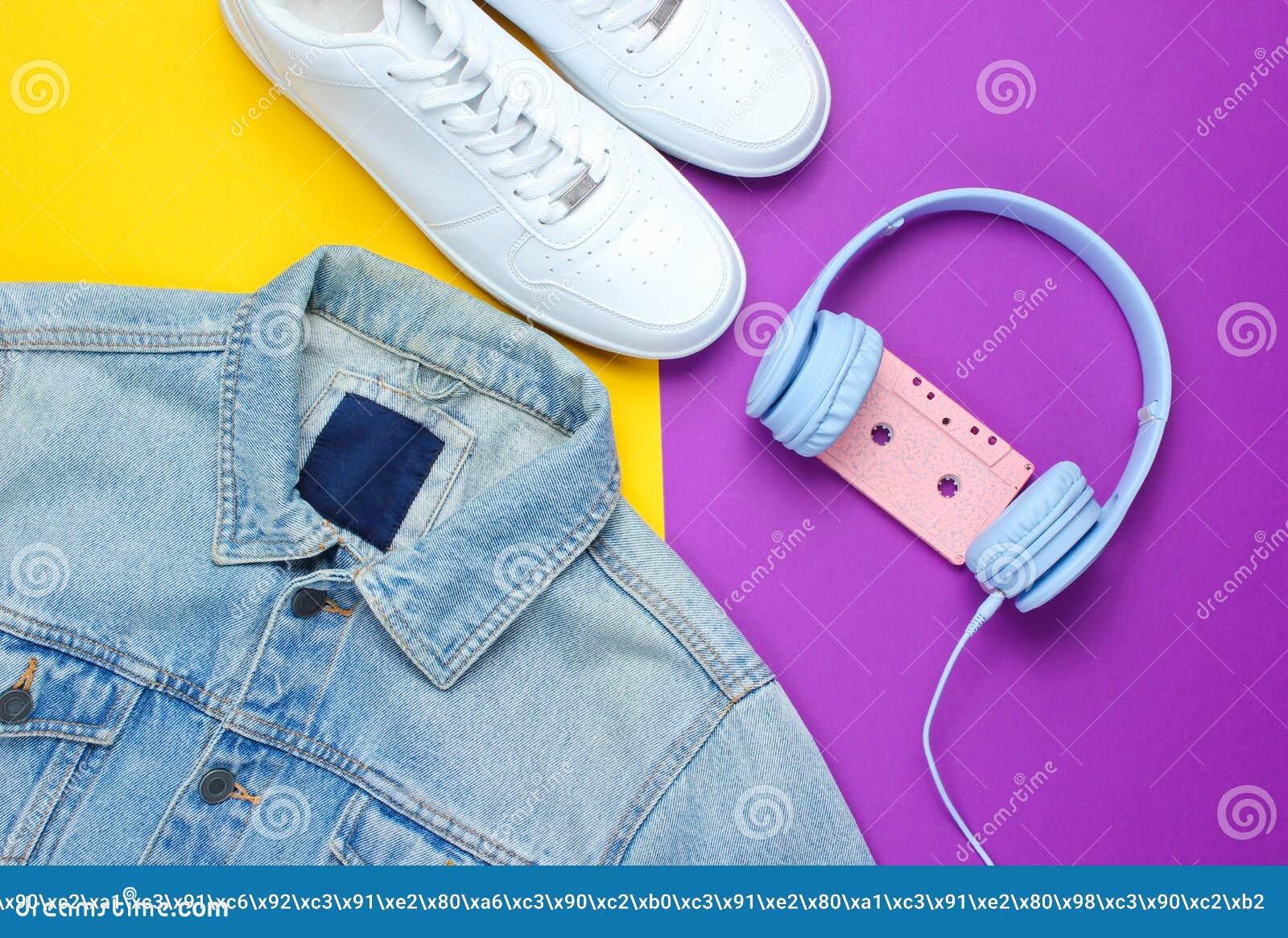 Styl retro 80s Popkultura minimalista Drelichowa kurtka, hełmofony z audio kasetą, biali sneakers
