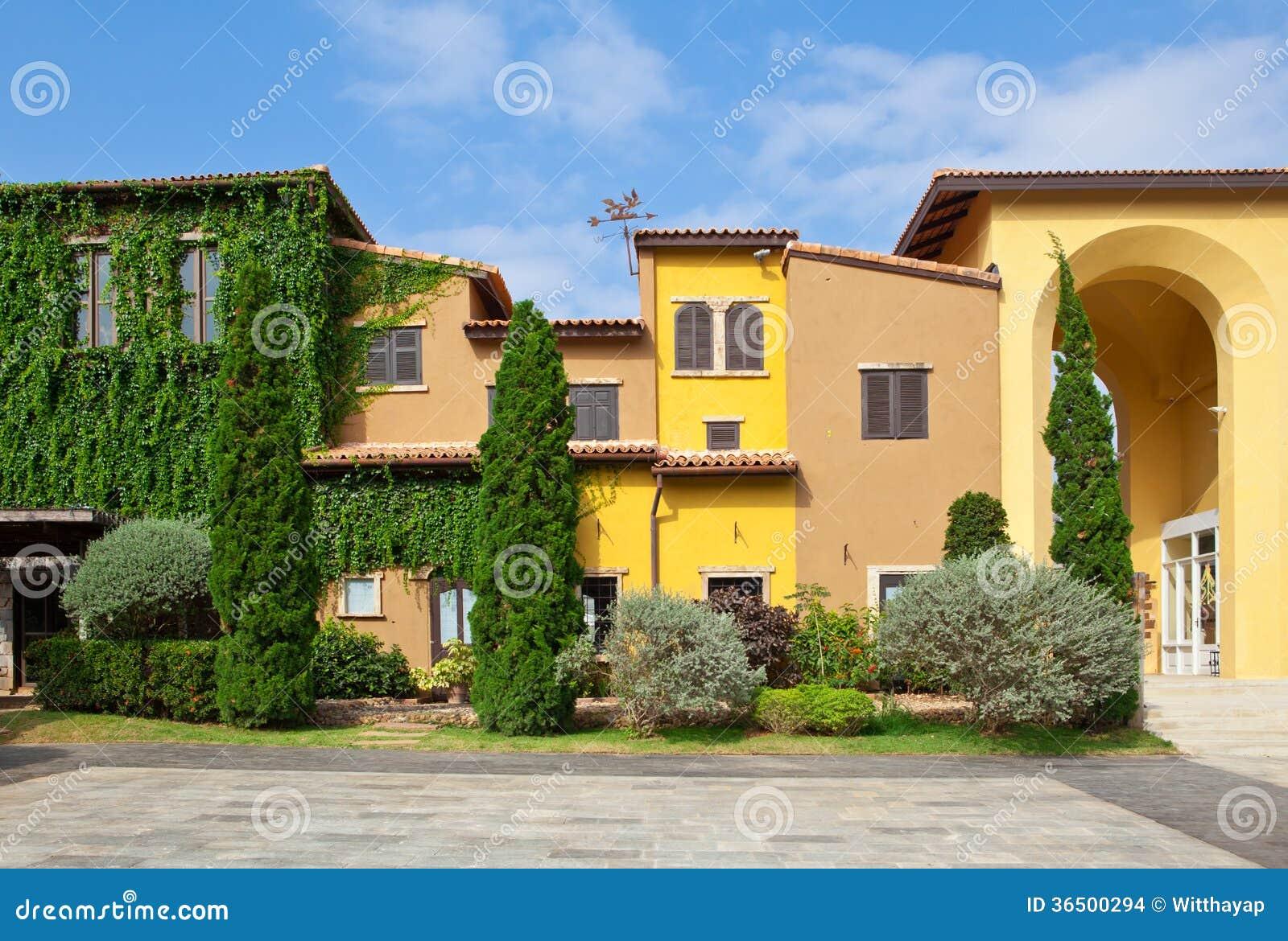 Style de maison de l 39 italie images stock image 36500294 for Maison italienne architecture