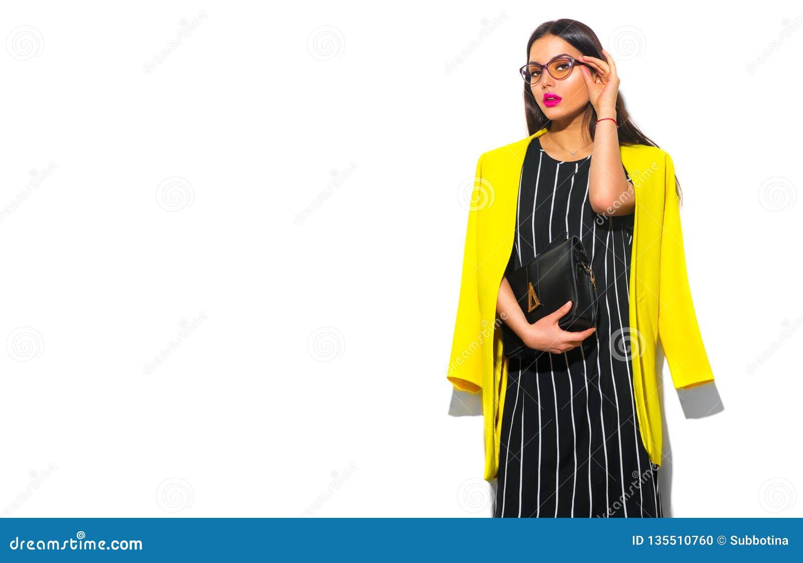 Style de regard d usage d affaires Fille de mannequin de beauté en verres de port de blazer jaune à la mode, sur le fond blanc