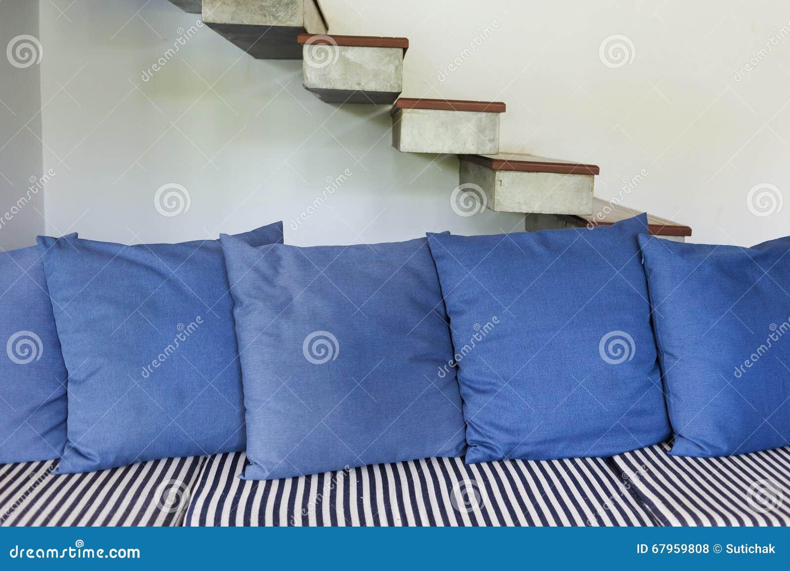 Style moderne de salon intérieur avec les meubles bleus de sofa photo stock