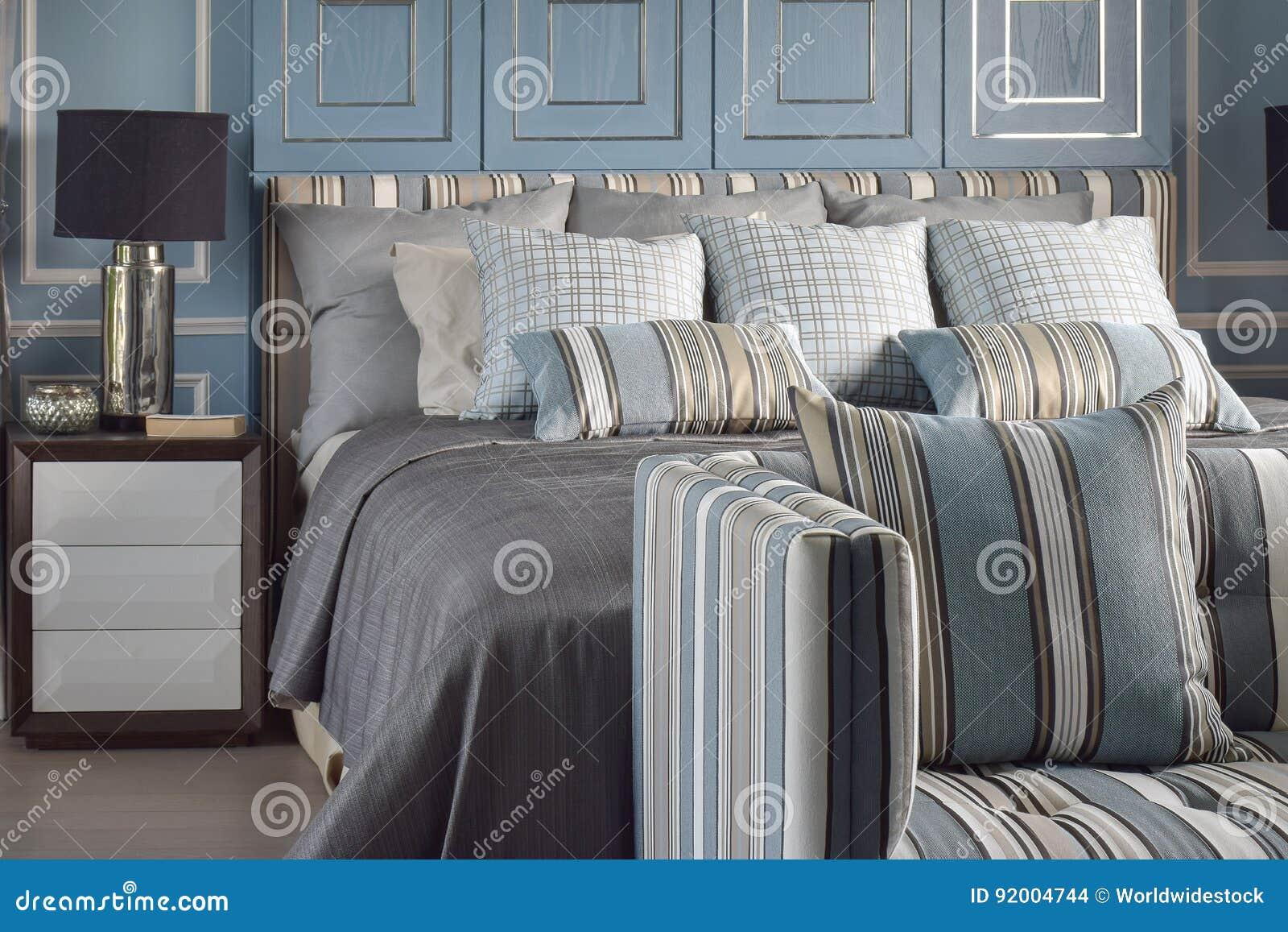 Style Romantique Bleu Clair Avec La Lampe De Lecture Et Le Sofa