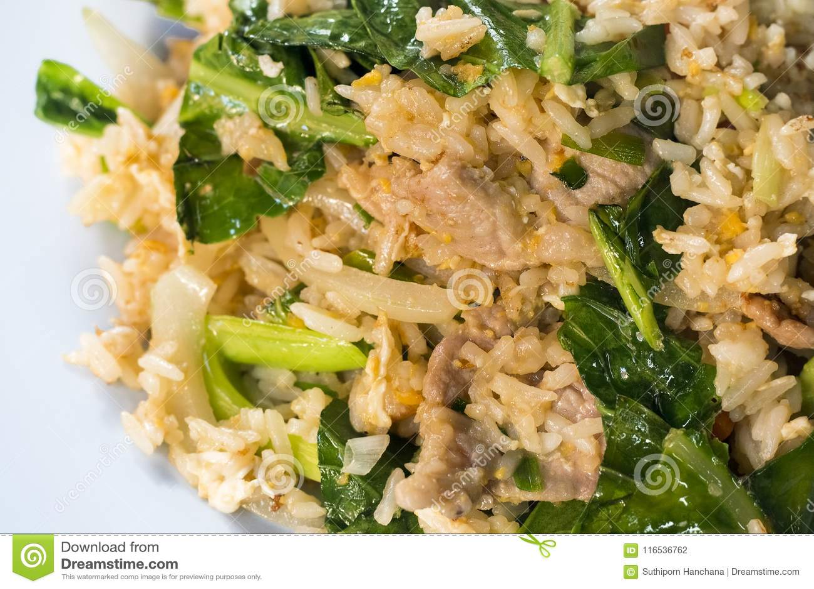 Style thaïlandais de nourriture, riz frit avec du porc sur le fond blanc fin