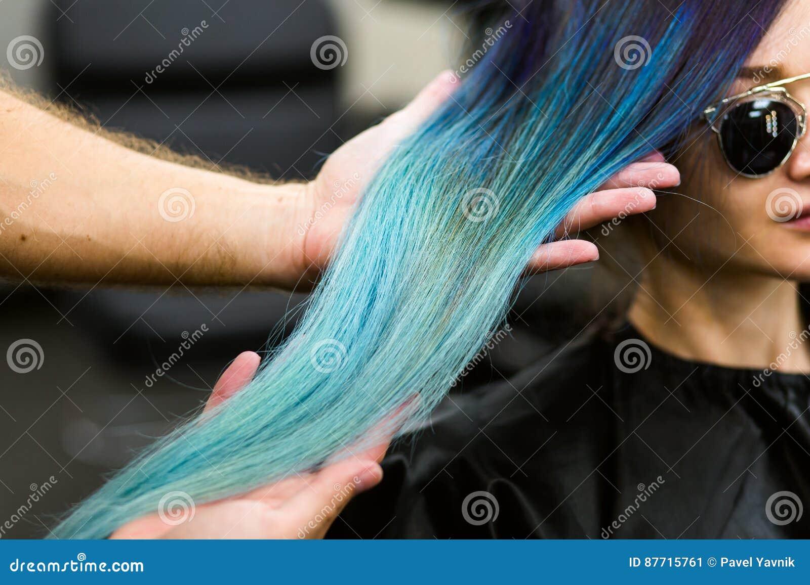 Stylista demonstruje jego pracę z Piękną dziewczyną Fryzjera męskiego koloru ostrzyżenie farbujący włosiany błękit