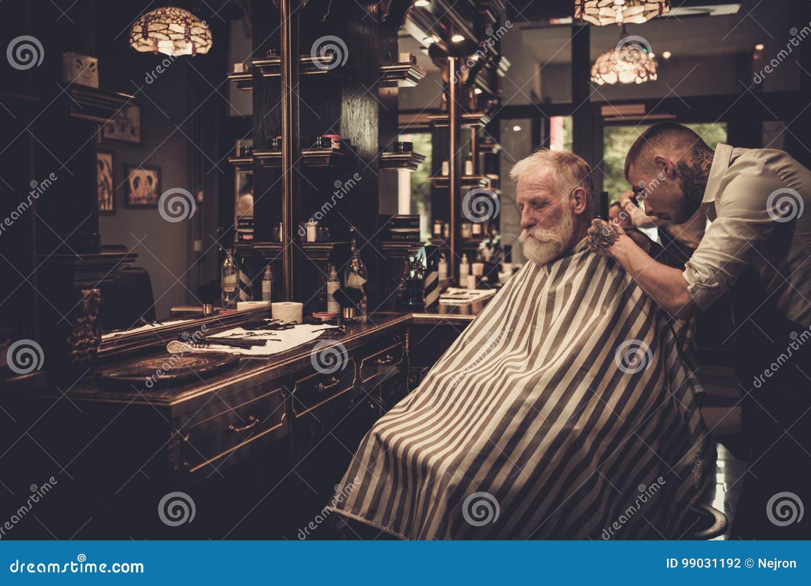 Styliste En Coiffure De Visite D Homme Superieur Dans Le Salon De Coiffure Photo Stock Image Du Homme Salon 99031192