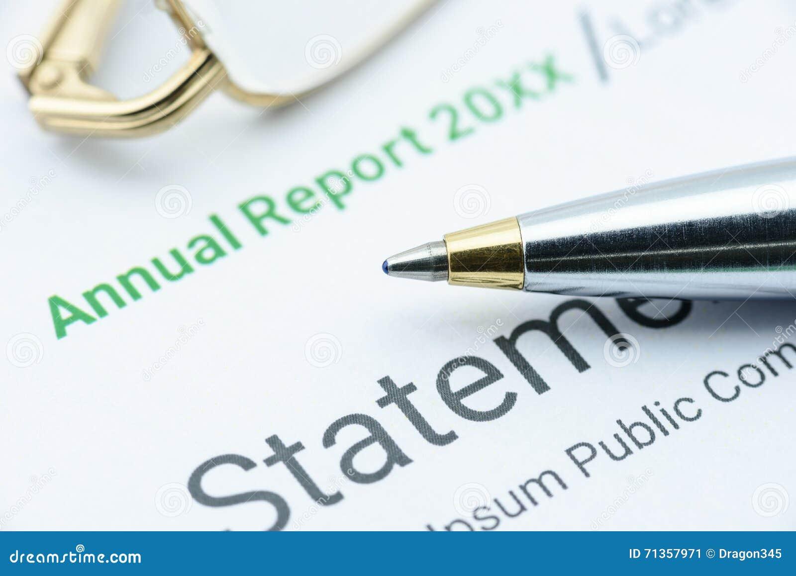 Stylo bille bleu sur le rapport annuel d une association