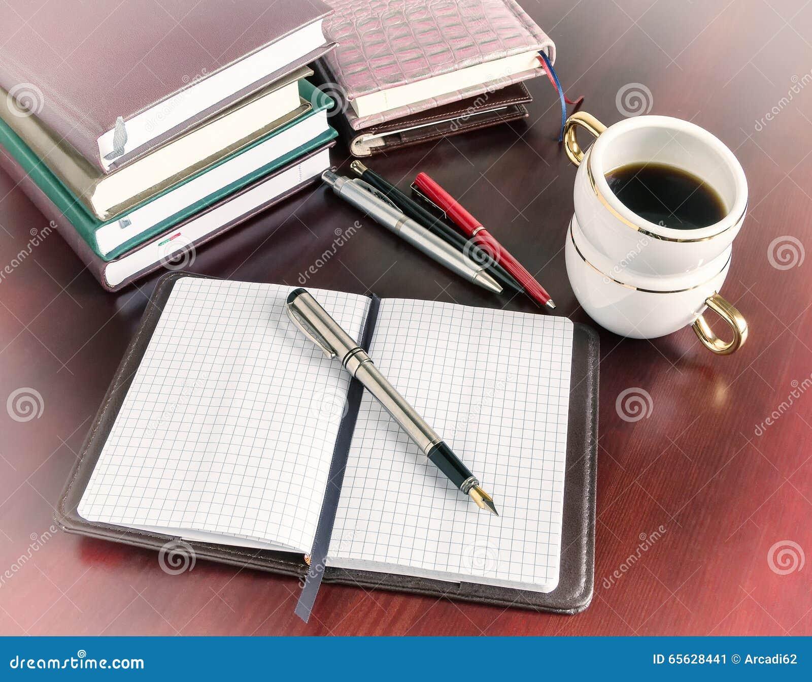 Stylo, carnet ouvert, tasse de café, vintage