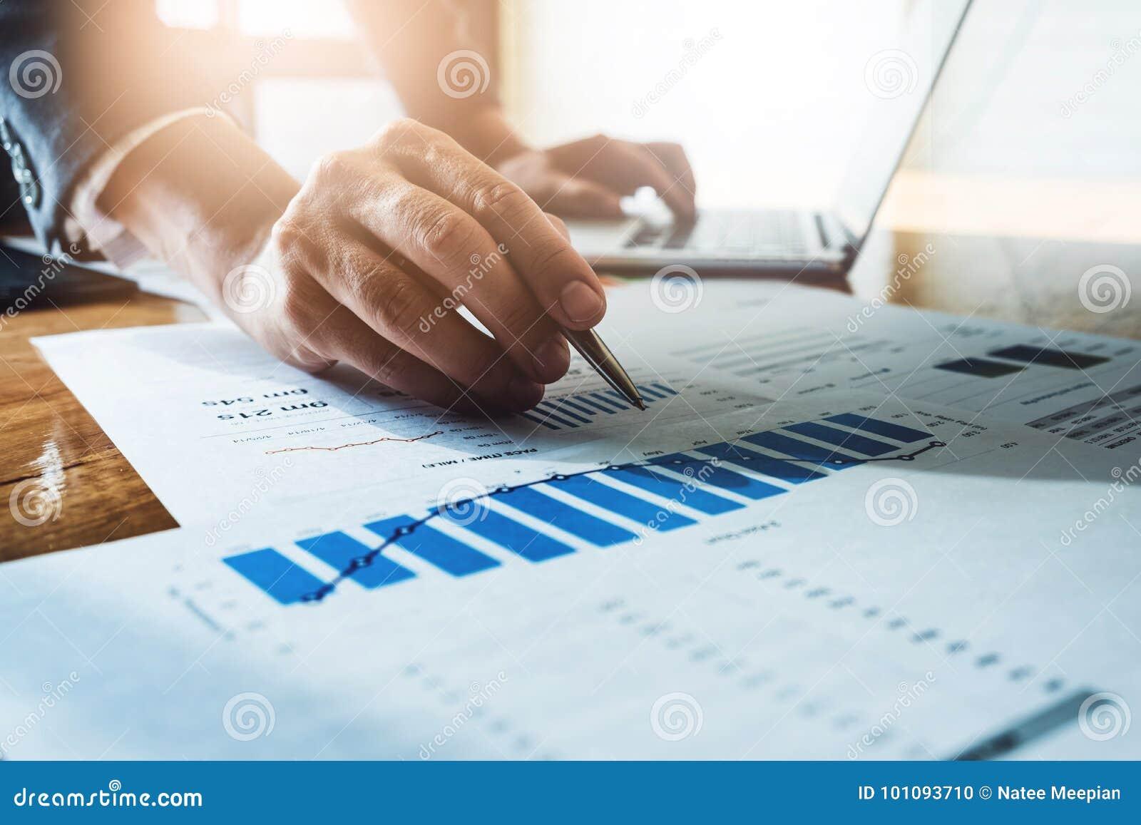 Stylo d homme d affaires dirigeant le chiffre d affaires avec le rapport et nous de diagramme de graphique